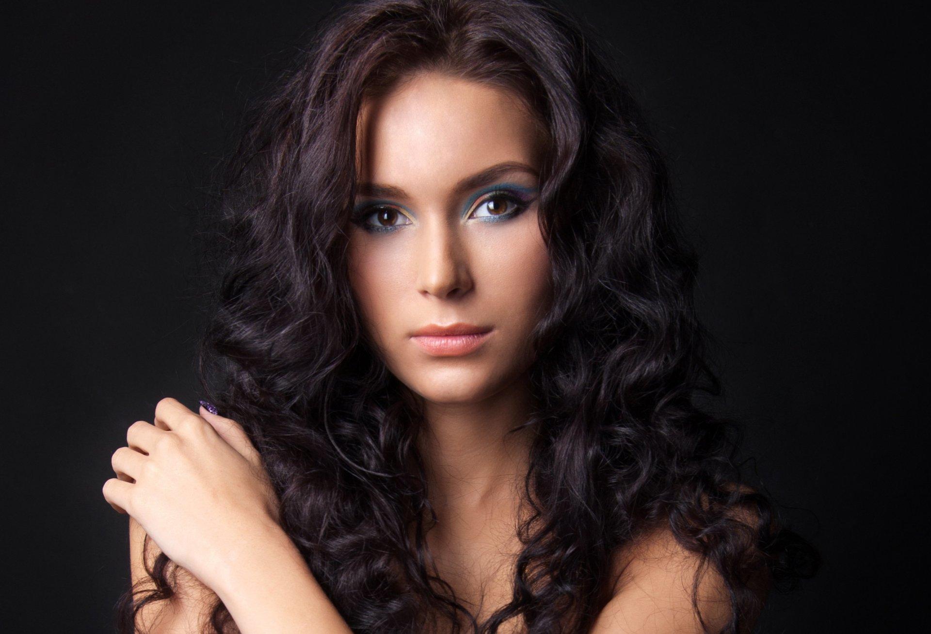 Красивыми девушки брюнетки волосами с