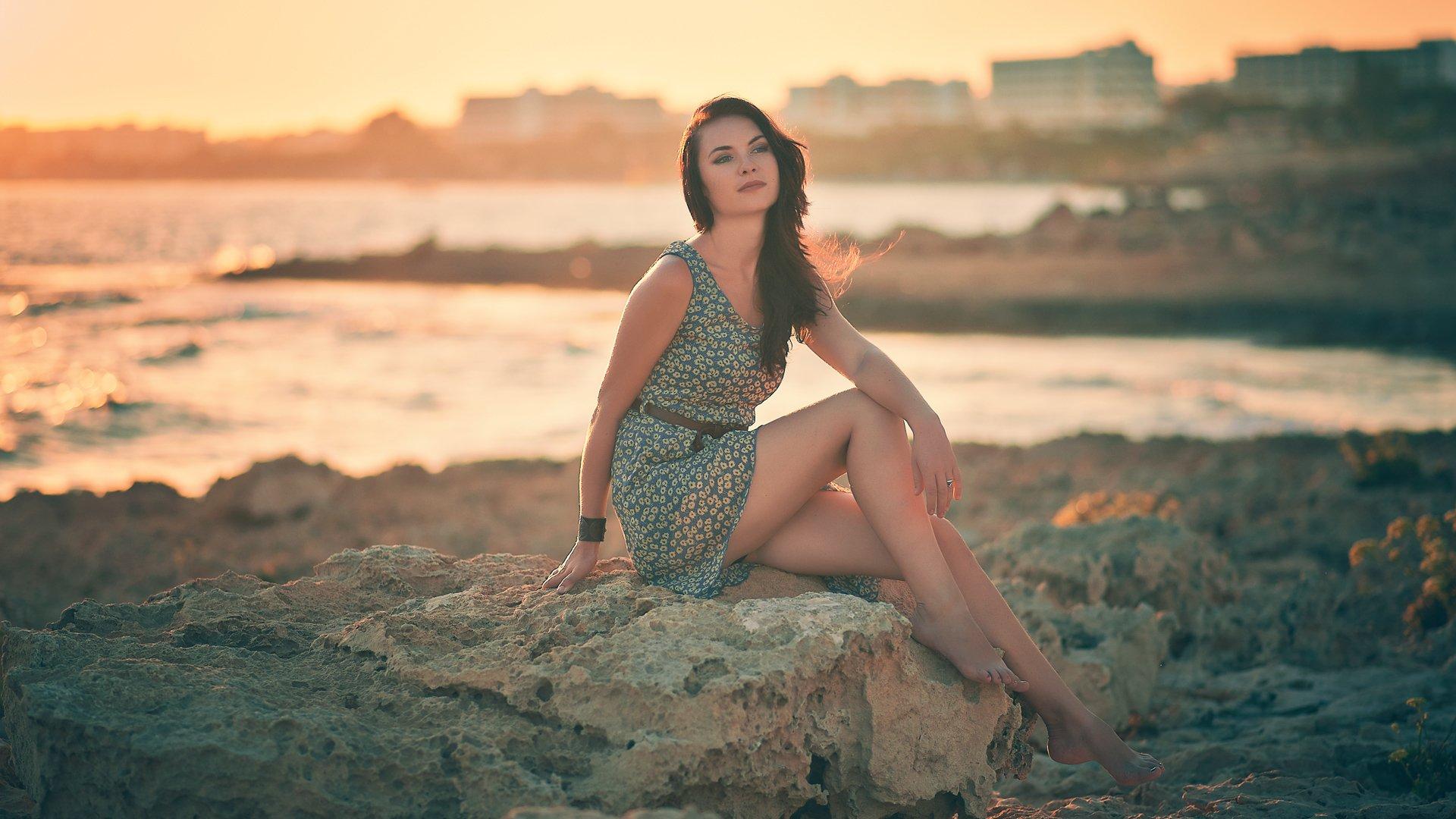 Девушка брюнетка на берегу фото