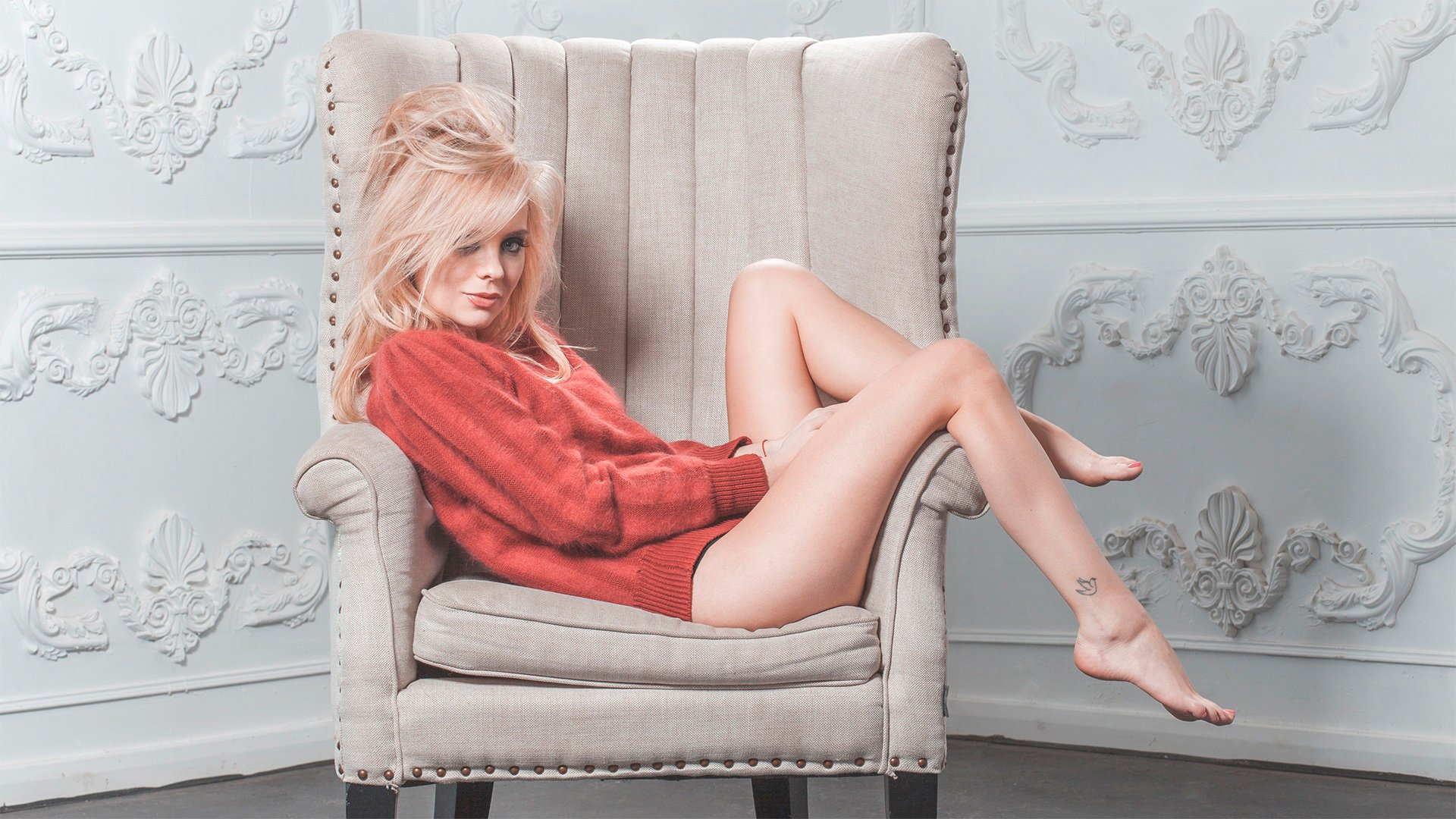Артвид русское девушка блонда в кресле проститутки