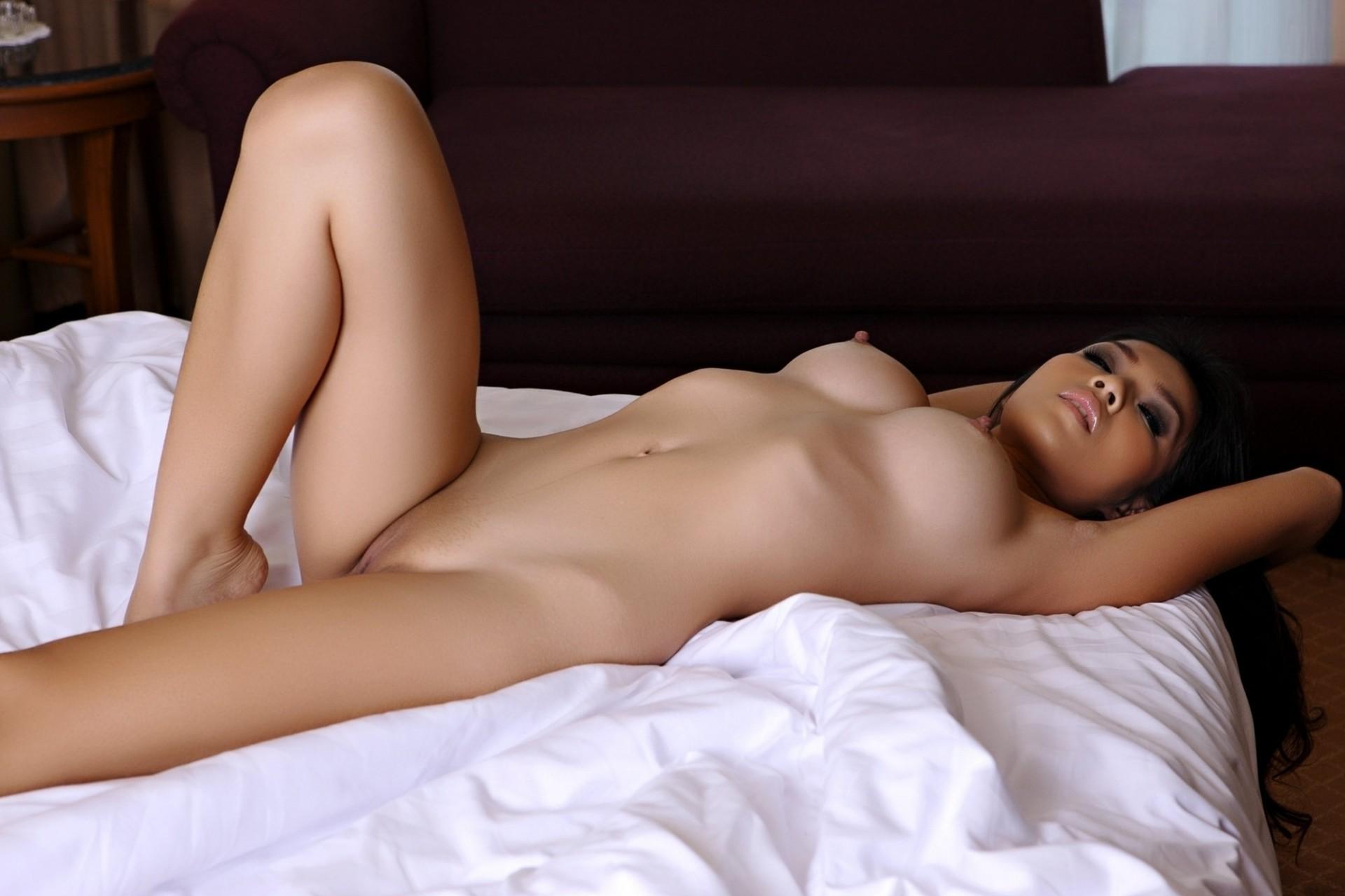 ginekologa-erotika-golie-babi-v-krovati-trans-shmeli-ogromnim