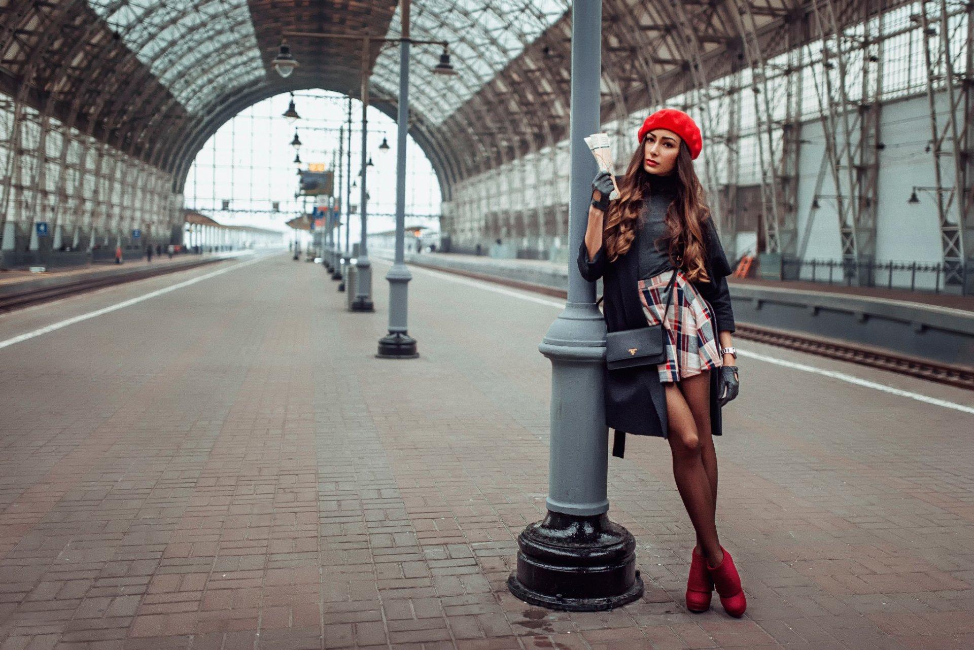Молодую девушку полностью досмотрели на вокзале