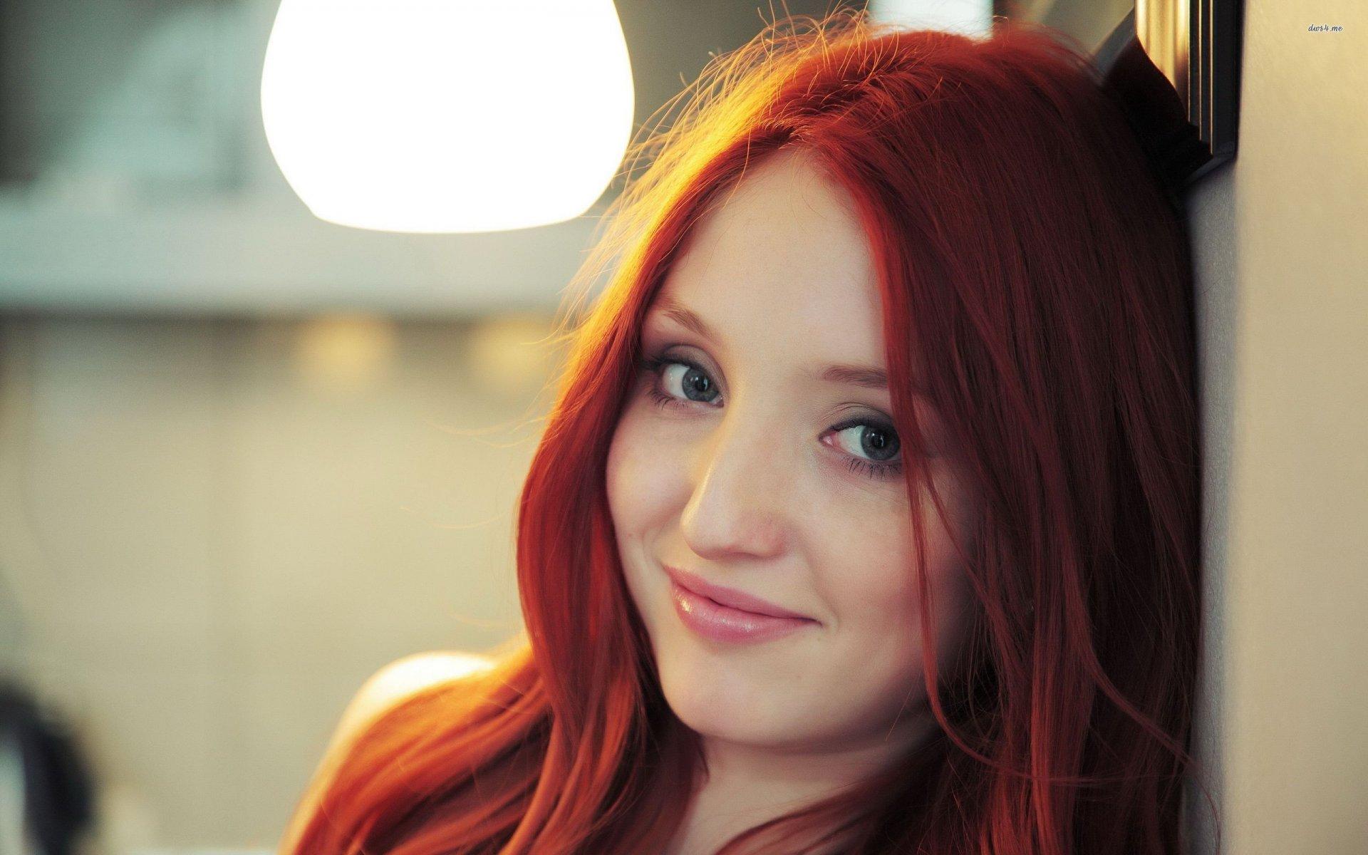 задумчивая девушка с огненно-рыжими волосами  № 1947170 без смс