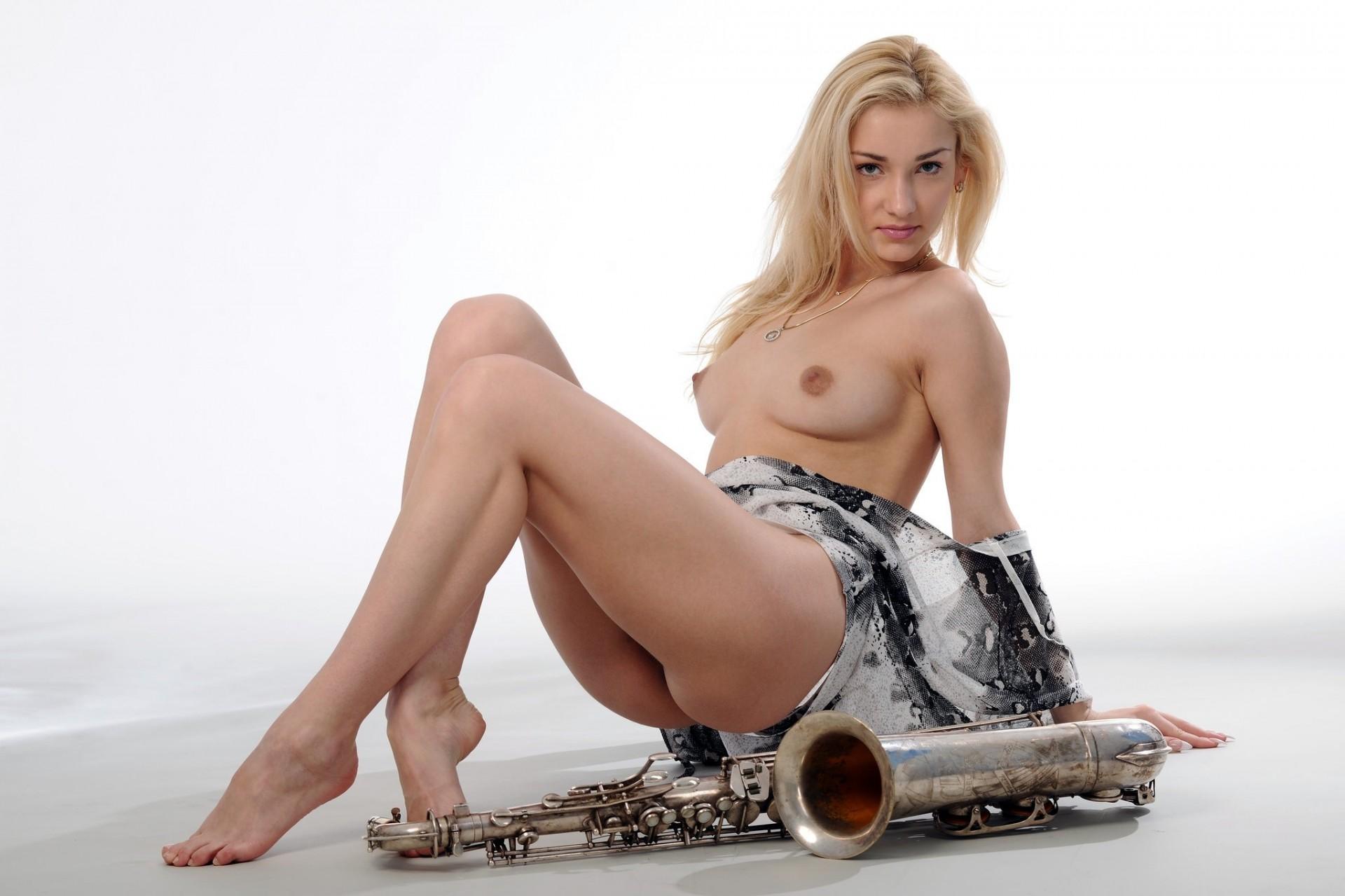 golie-devushki-pod-muziku