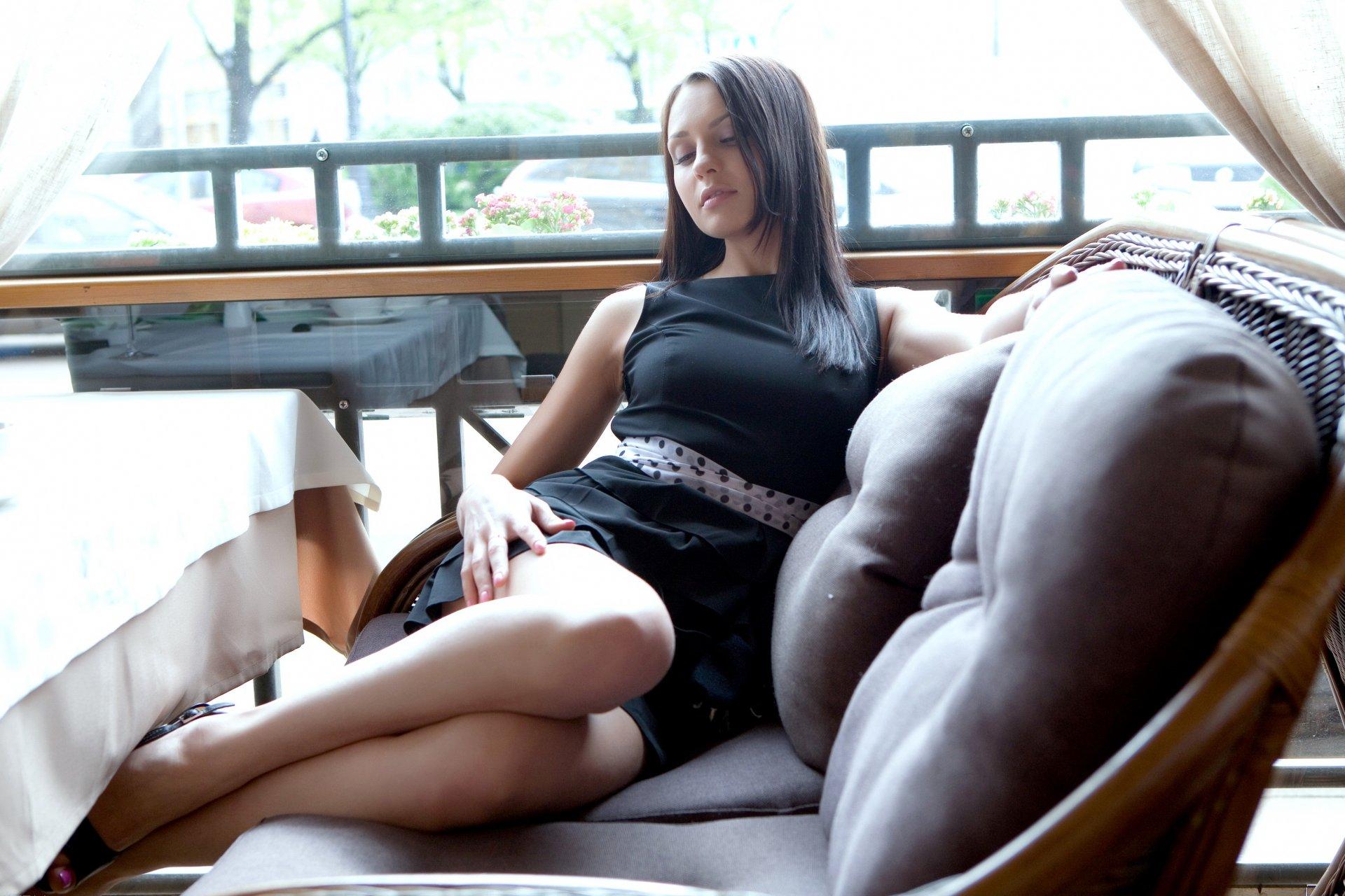 Брюнетка в платье и колготках задирает ноги в кафе фото — pic 3