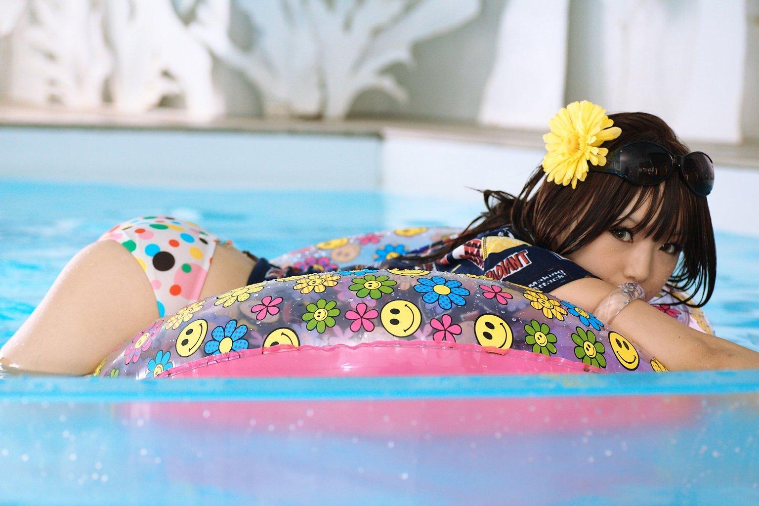 Азиатская девушка шалит в бассейне и на шезлонге  389045
