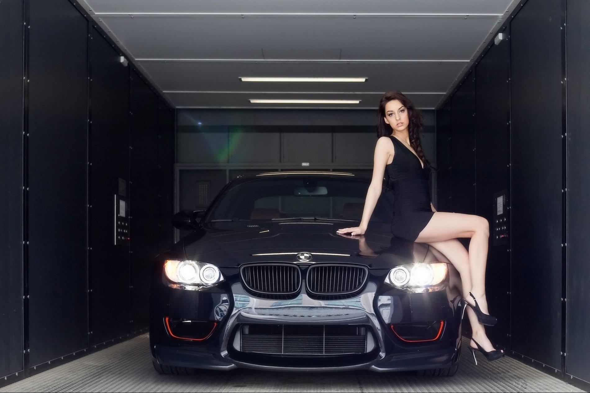 Картинка девушка с машиной в черном
