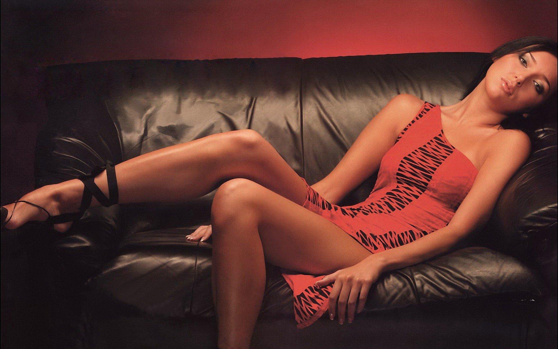 Девушка брюнетка на диване  № 651746 бесплатно