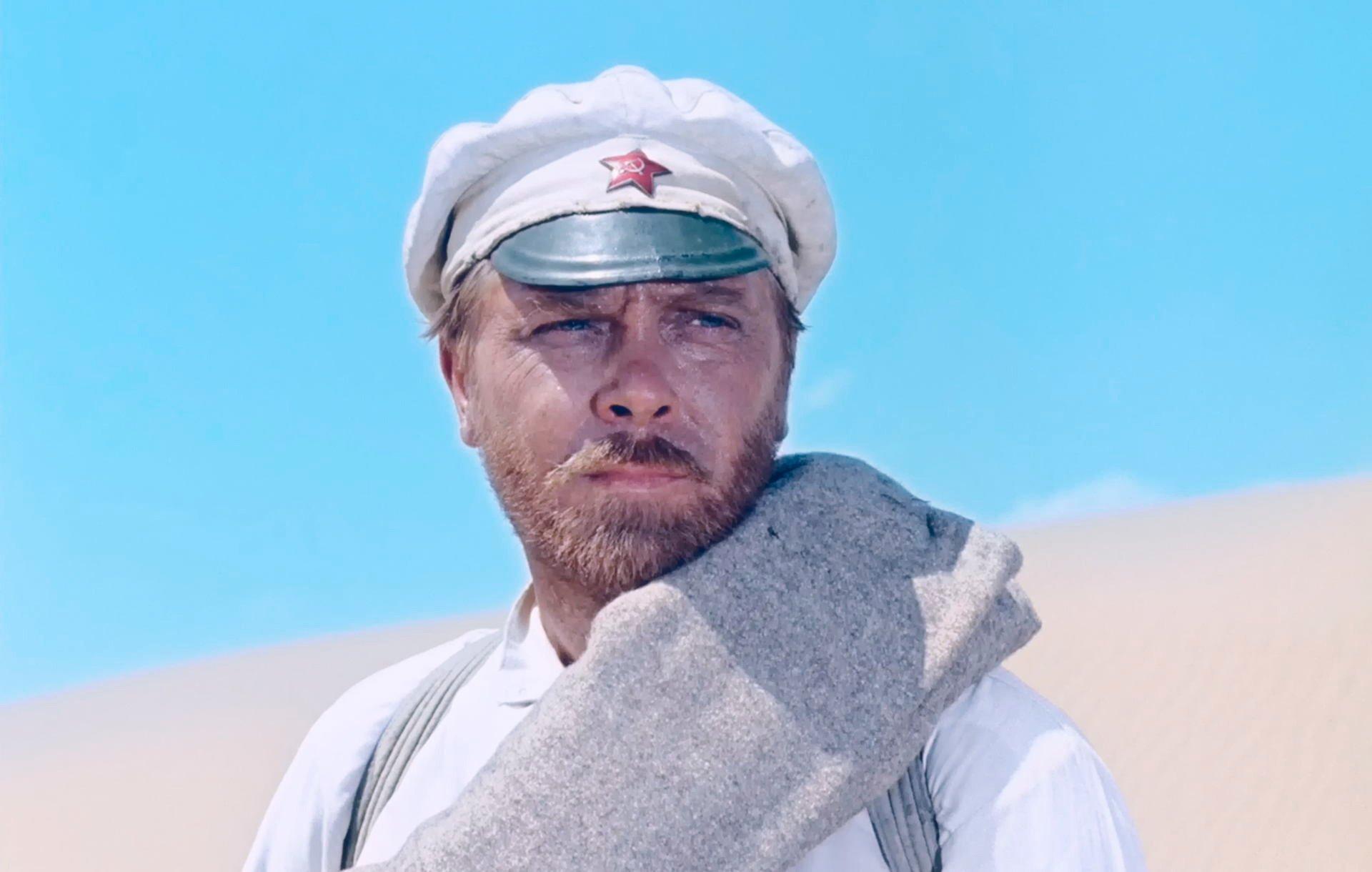 Сцена из фильма как парень закапывал мобильник в пустыне 12