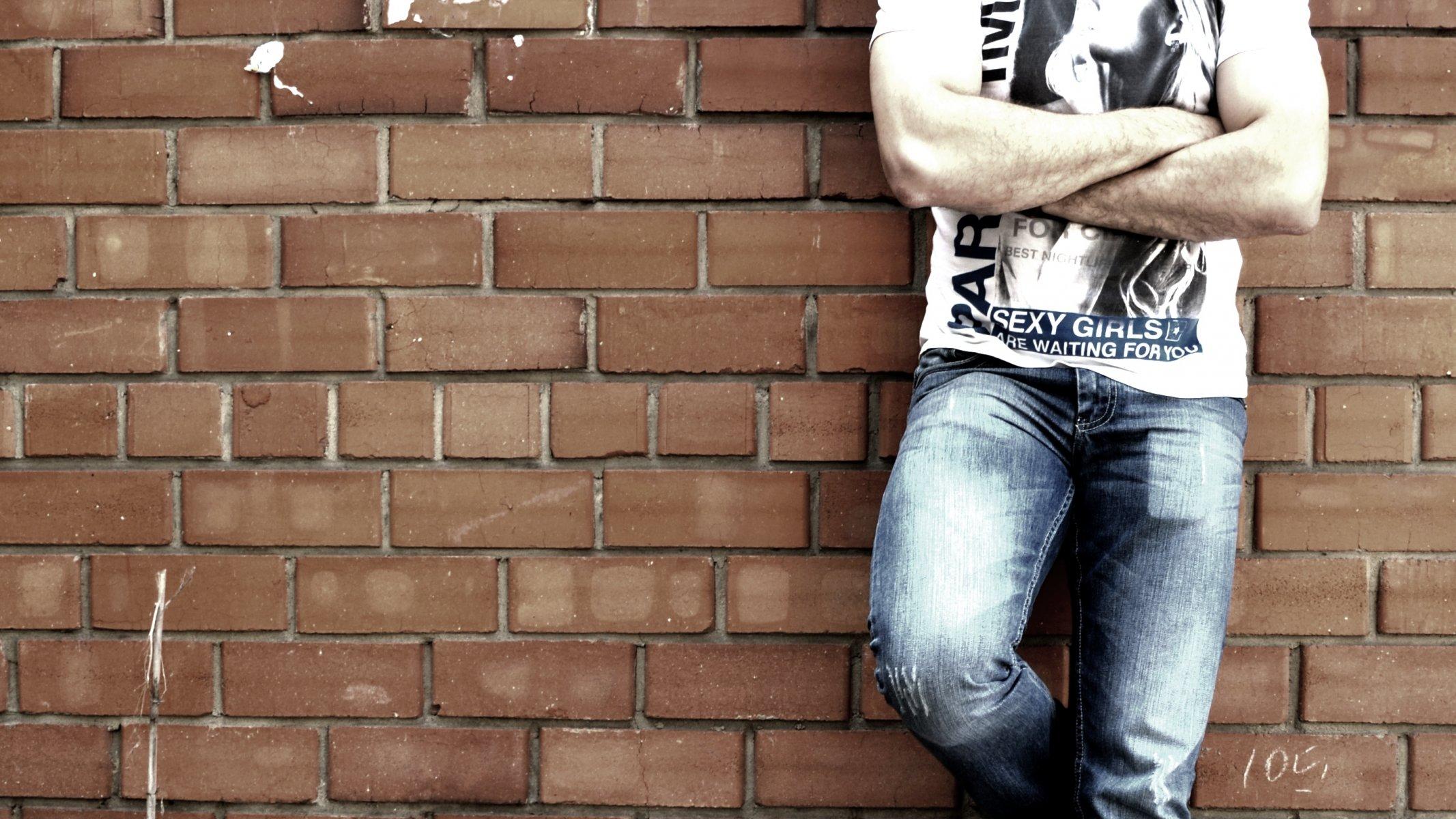 девушка камень стена джинсы без смс