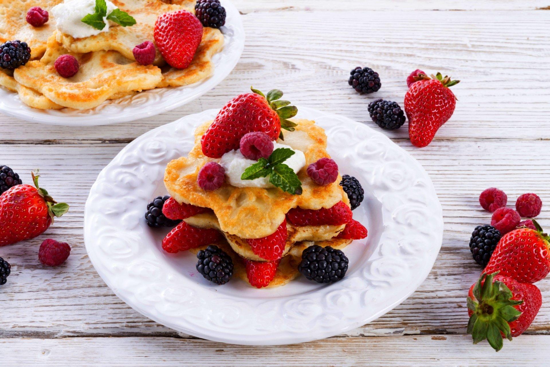 пирожное клубника тарелка десерт  № 3679740 бесплатно