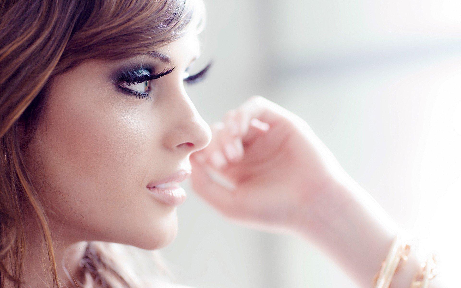 Девушка с красивыми ресницами