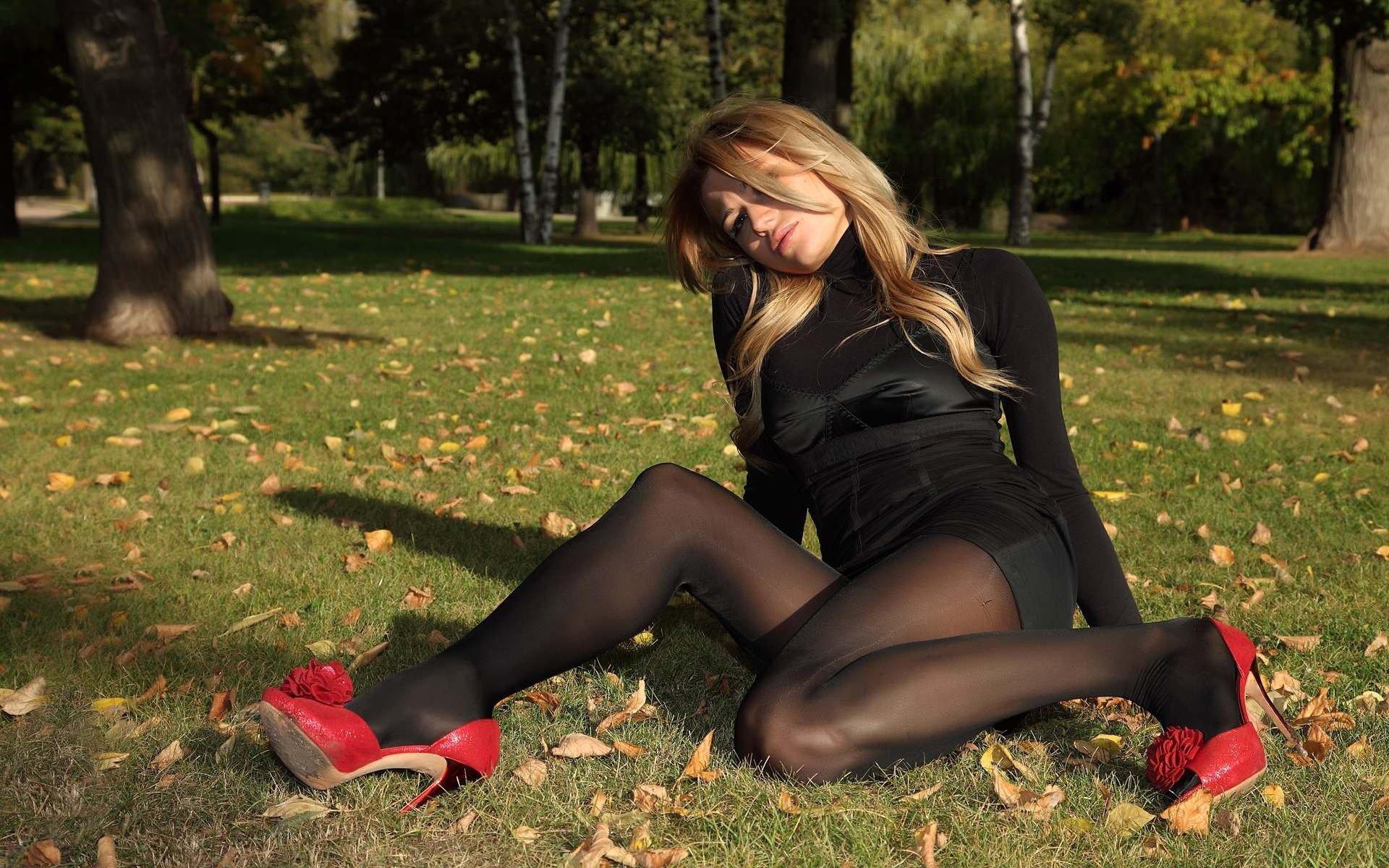 Видео девушки в черных колготках гуляют в парке, секс с дорожными проститутками