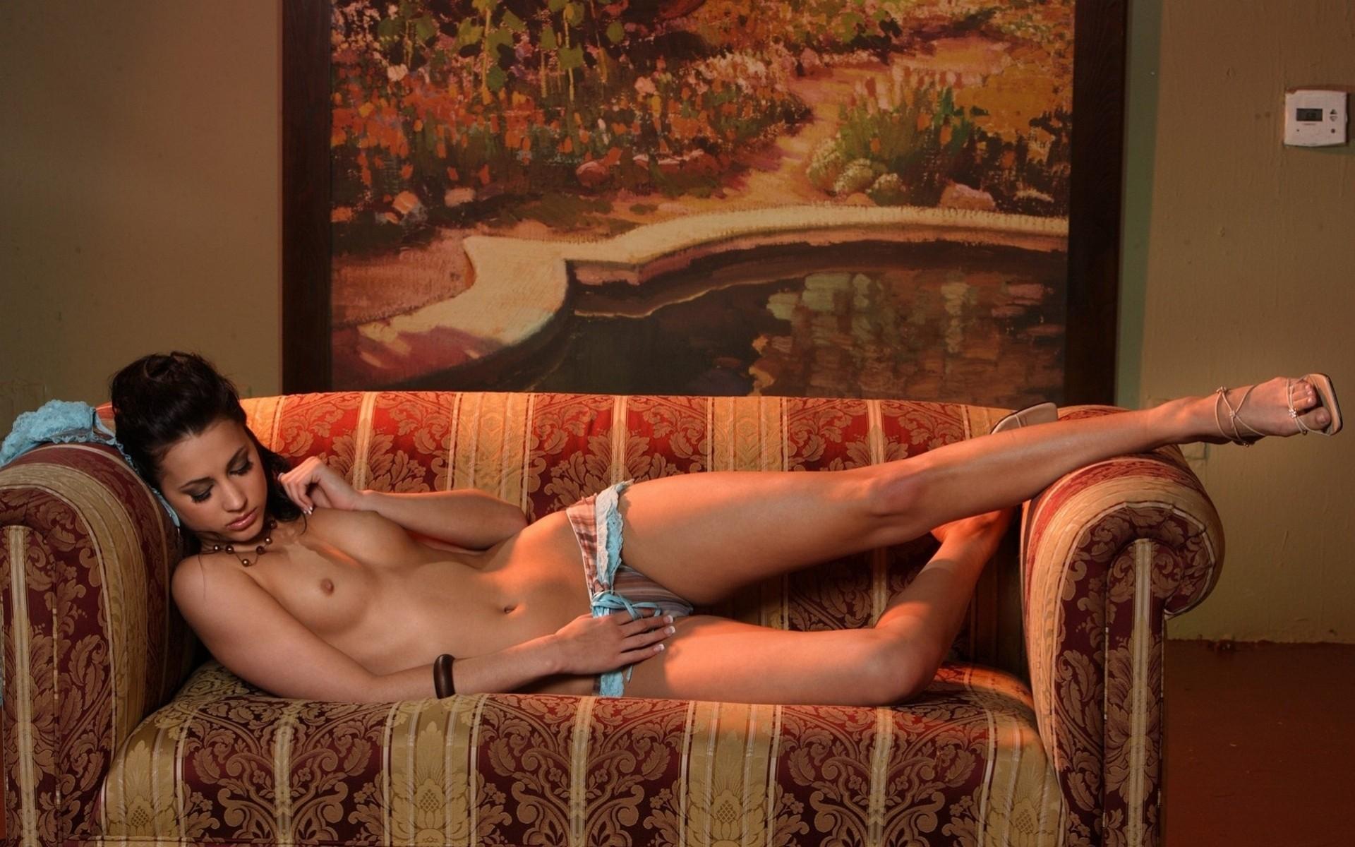 эротическое видео сексуальная развратница на диване