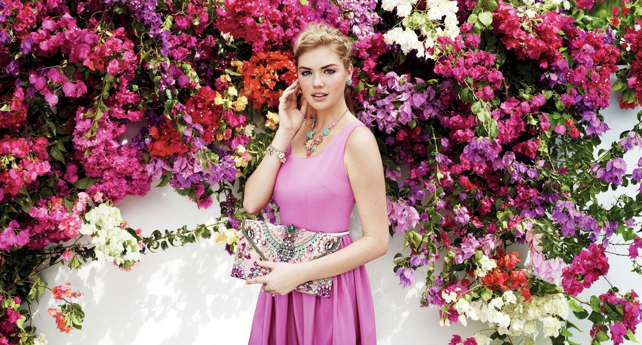 Фото девушек на фоне цветов