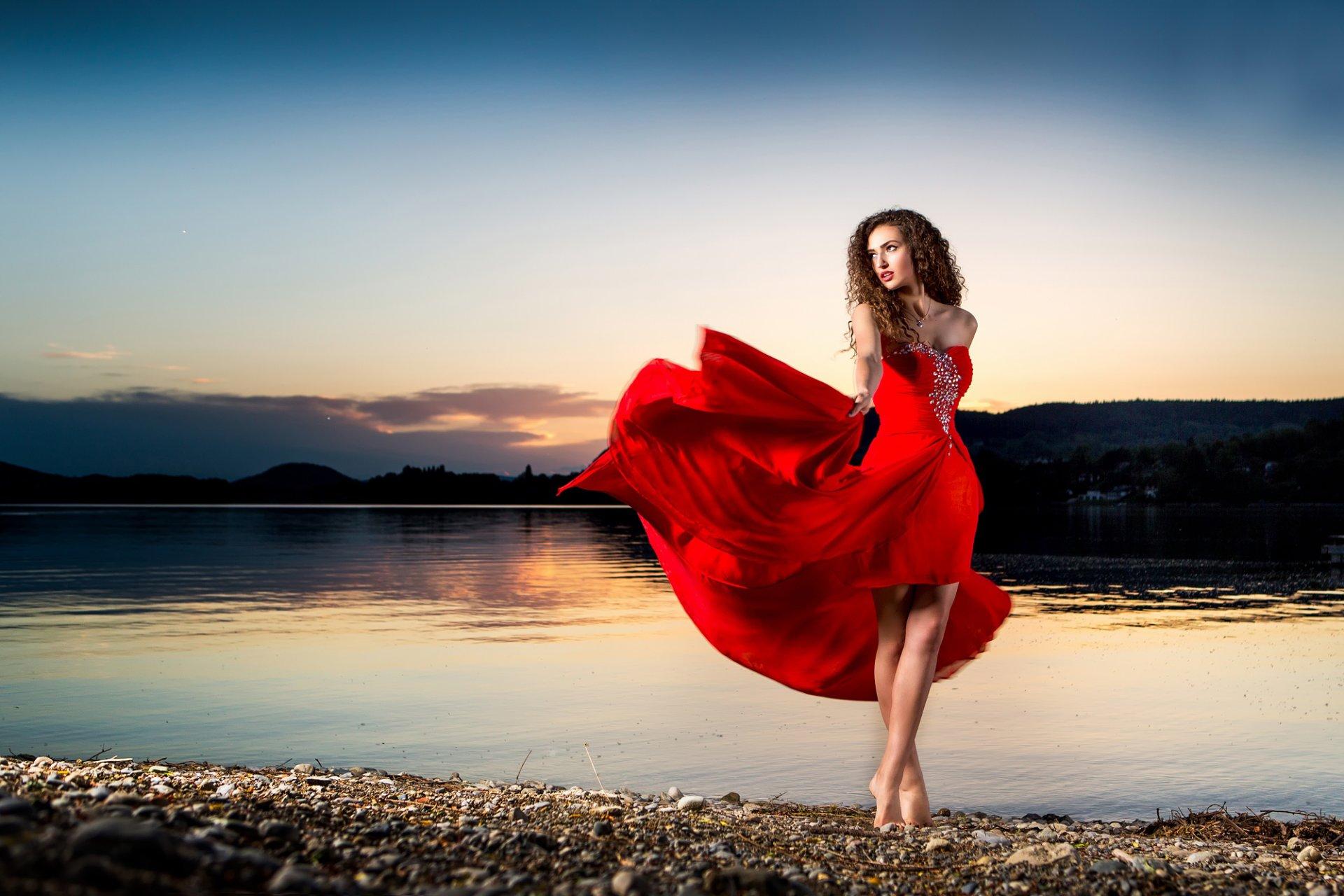 девушка танцует в красном платье на природе рассказала