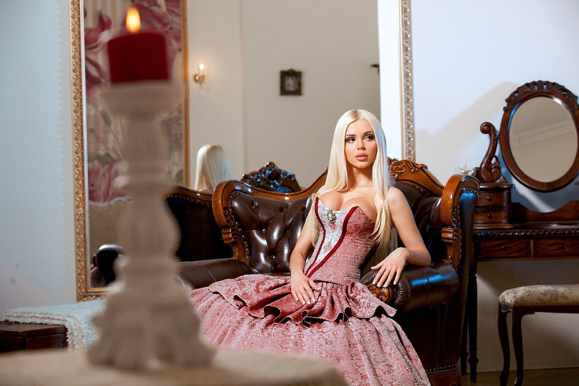 Красивая блондинка в роскошном доме, члены видео мужчины