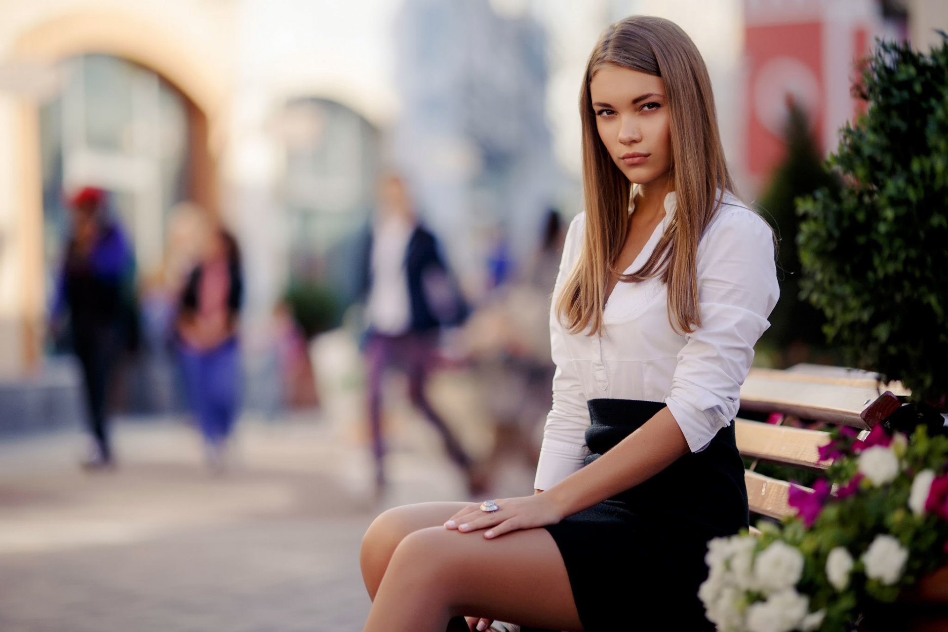 Красивая девушка на улице онлайн