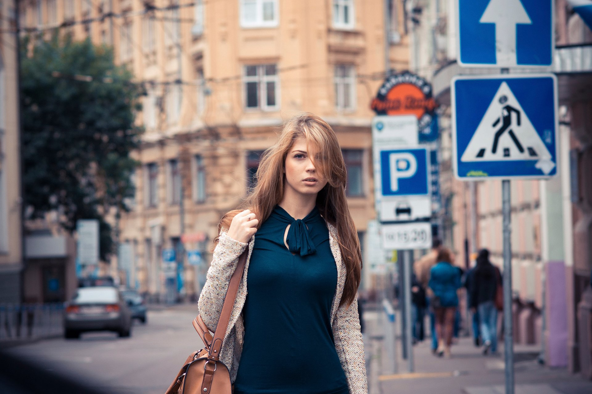 Часы фото девушек на улице
