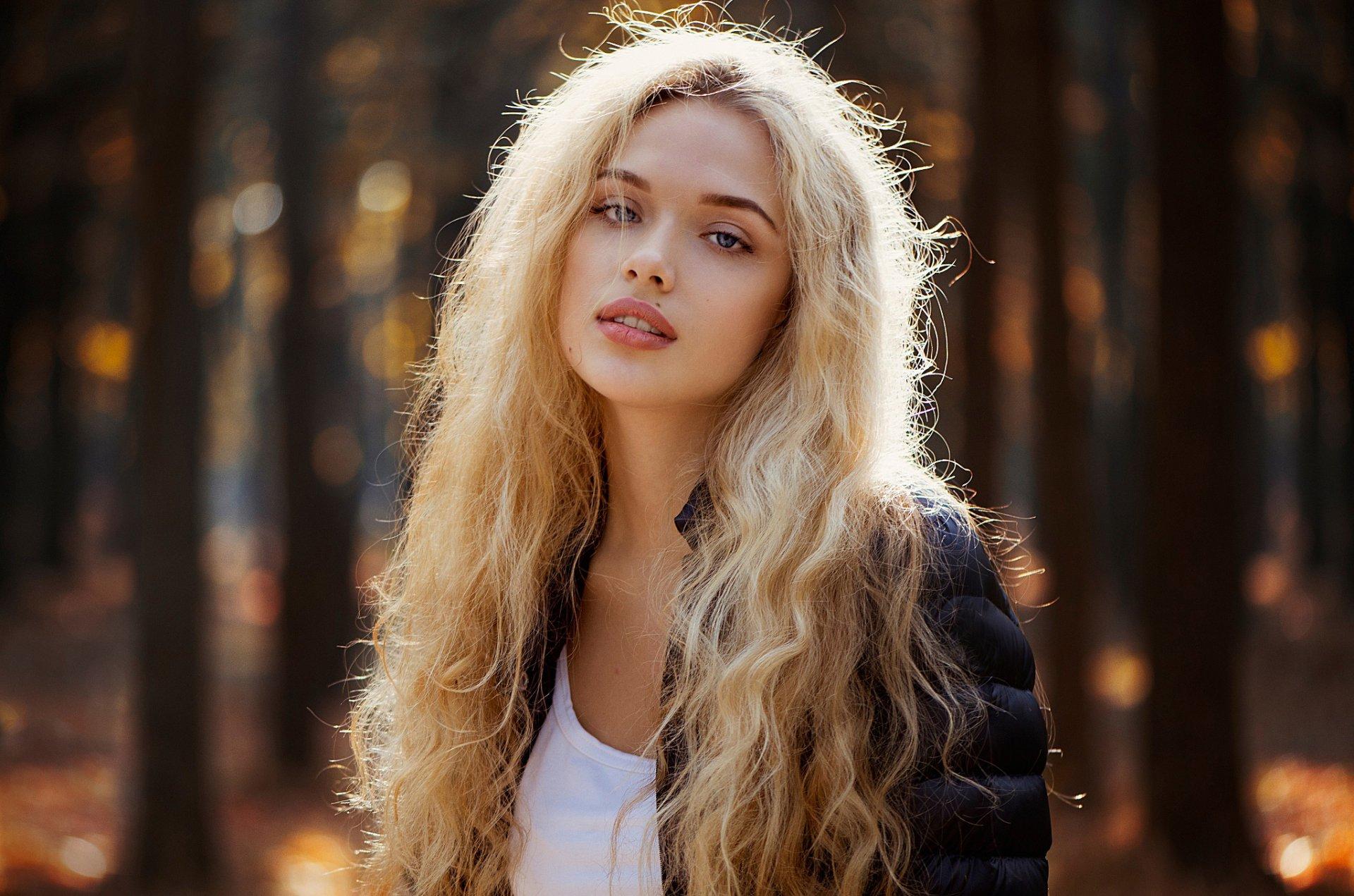 Фото кудрявая блондинка, Голая кудрявая блондинка В чулках 17 фотография