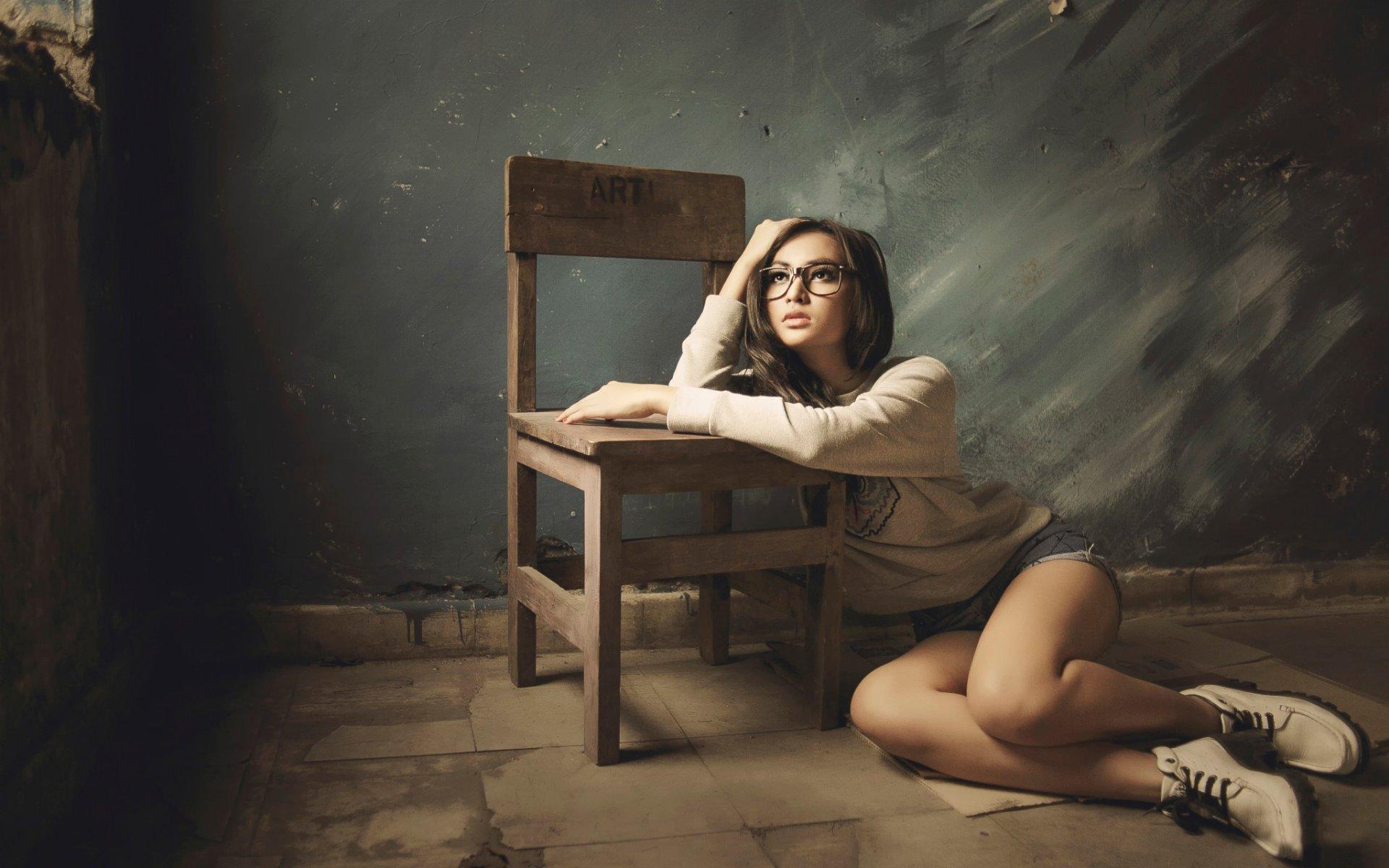 Девушка сидит на стеклянном столе фото