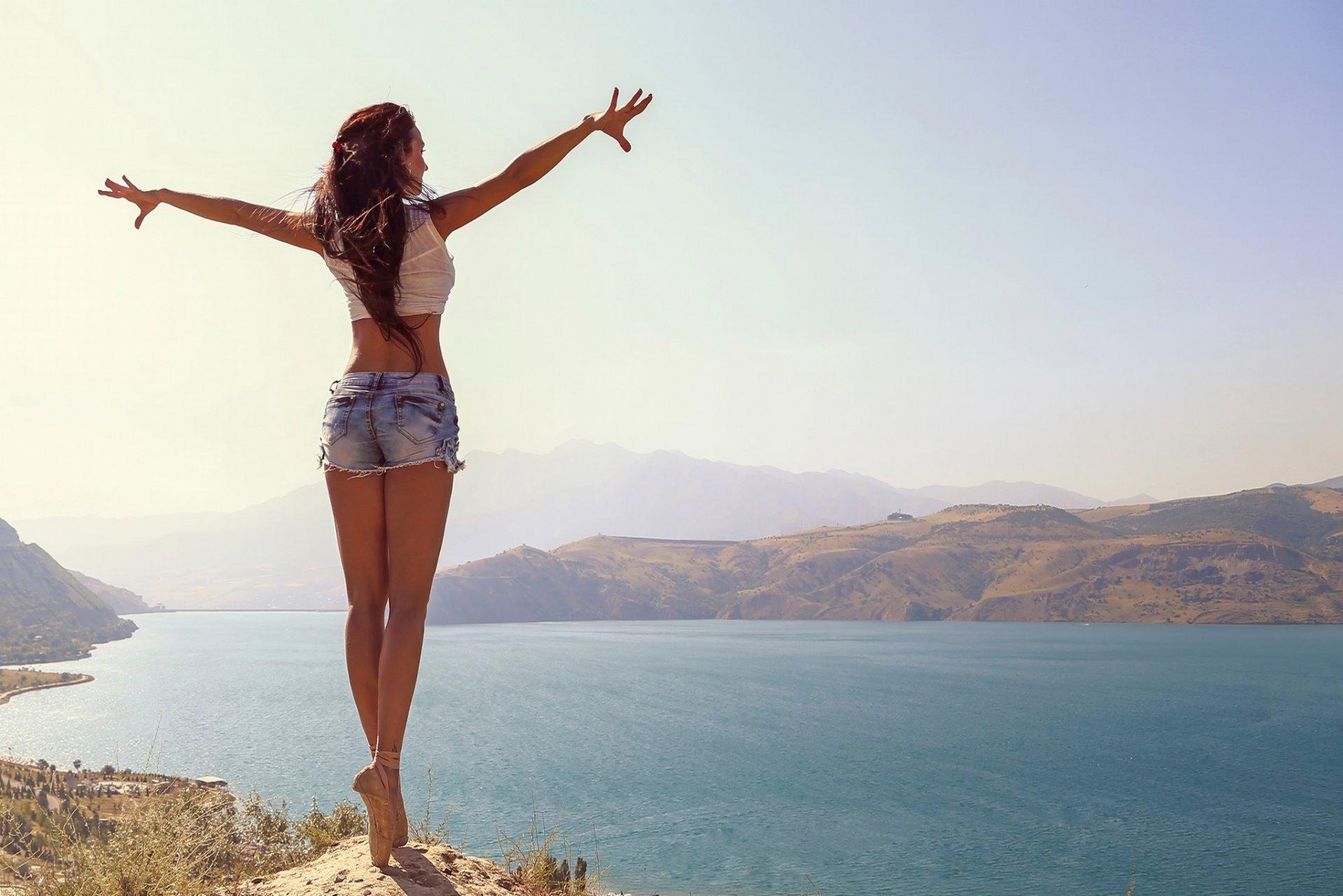 Красивая девушка на фоне красивого пейзажа