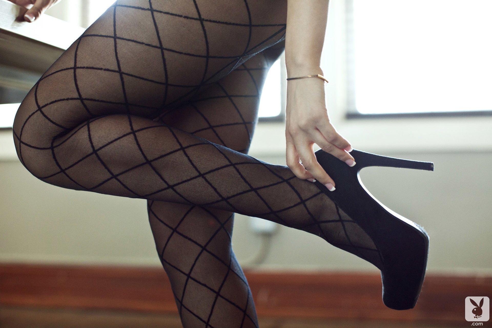 в колготках с согнутыми ногами сколько можно