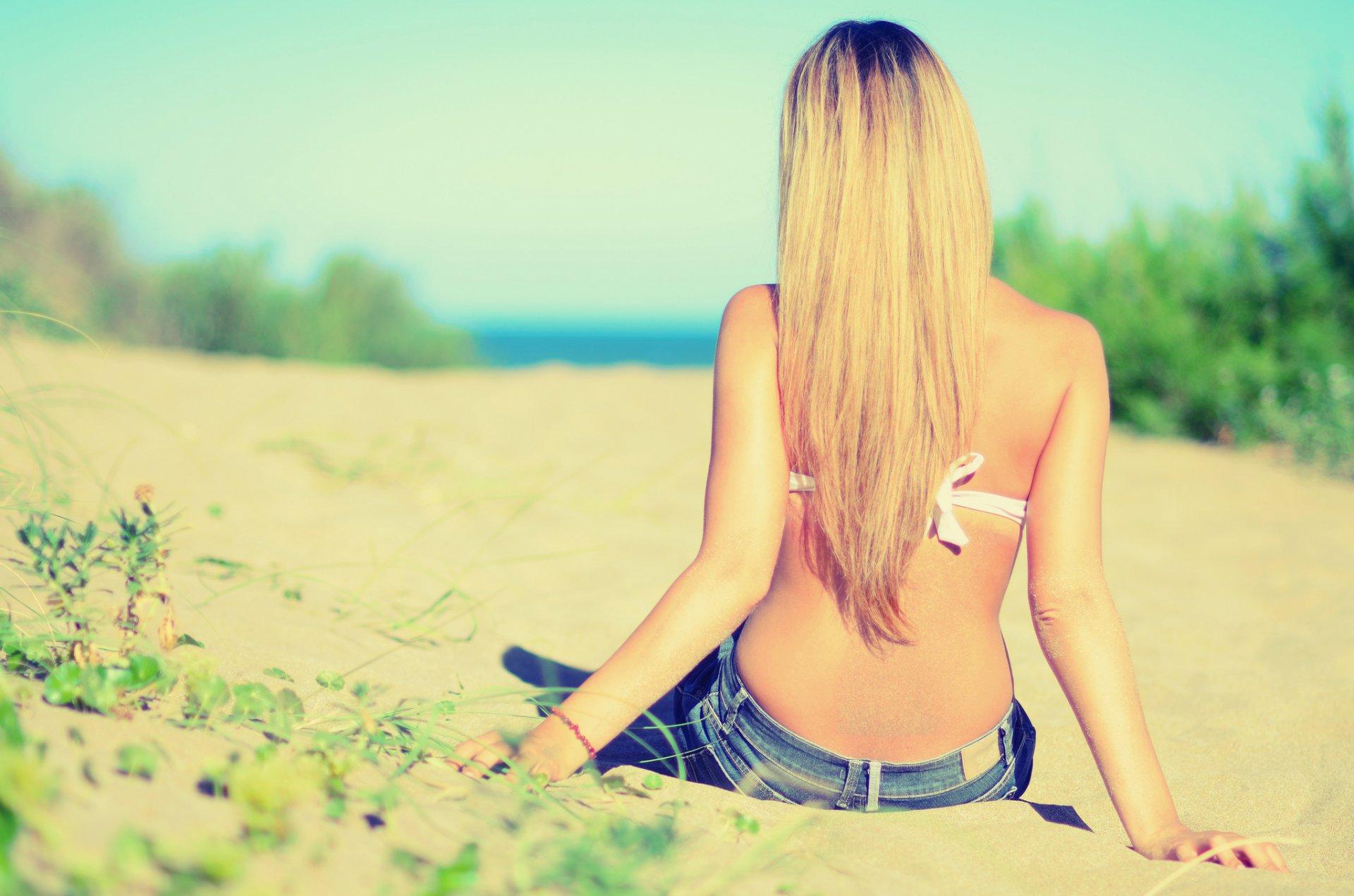 Фото девушки блондинки с брюнеткой со спины на аву