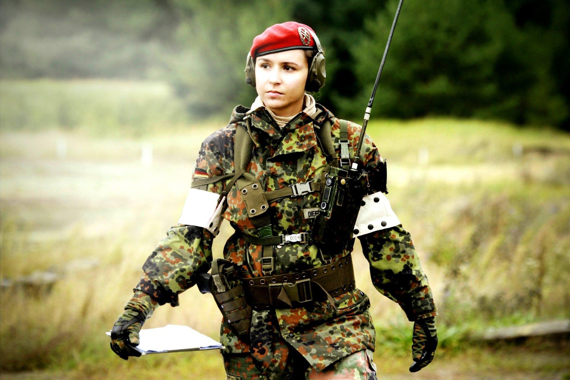 девушка-солдат