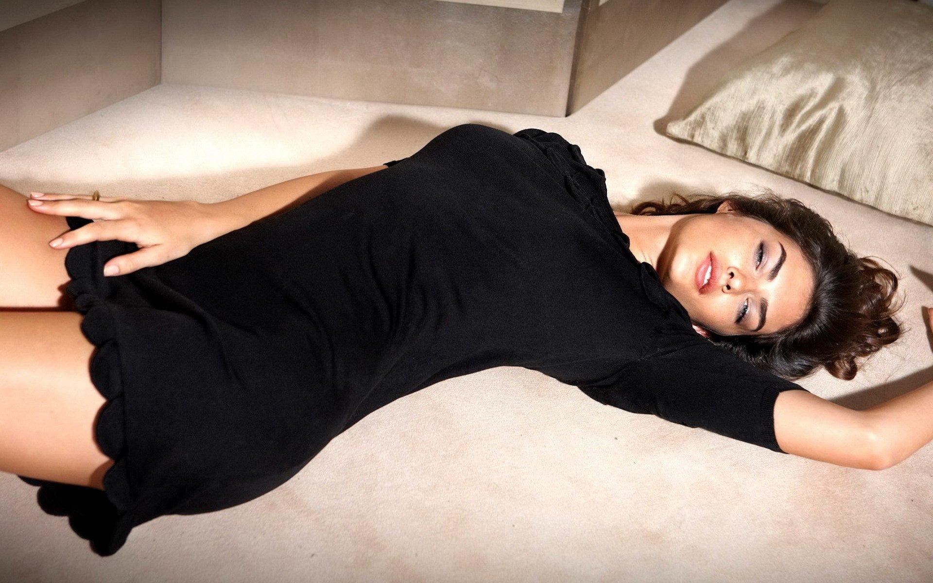 Черное Платье На Кровати
