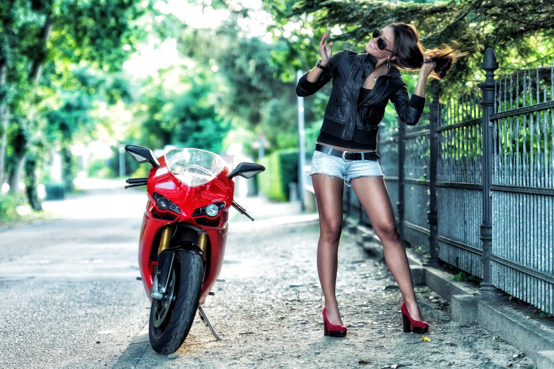 Девушка в красной кожаной юбки мотоцикл порно фото