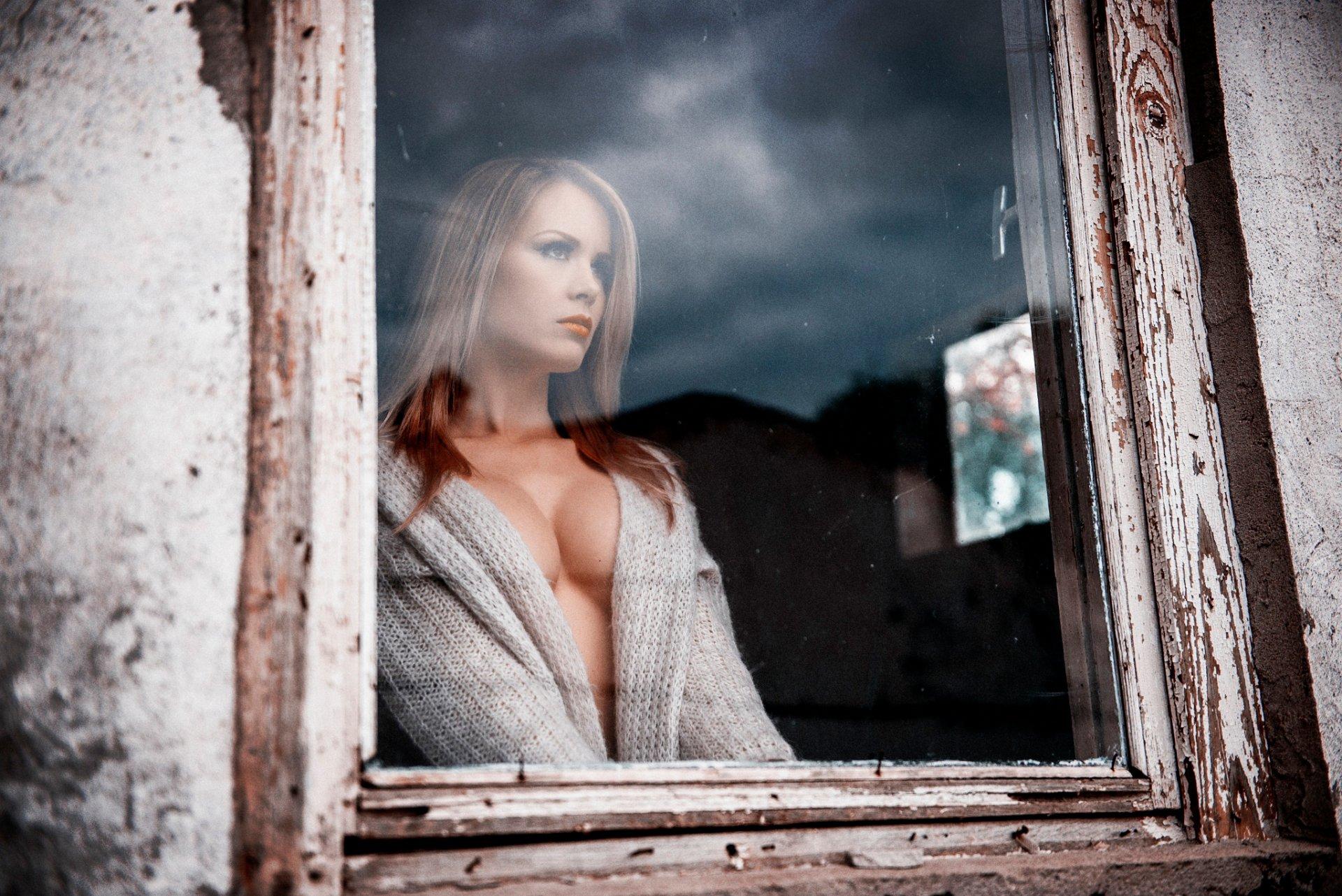 красавица в одиночестве видео демонстративно повернулся