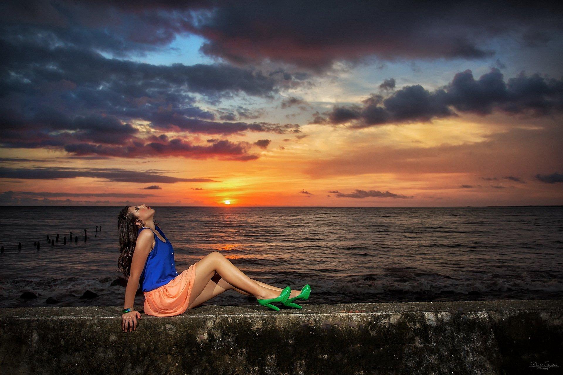 Фото красивых девушекбрюнеток отдыхающих на берегу моря 480, Голая брюнетка на берегу моря. Фото эротика 16 фотография