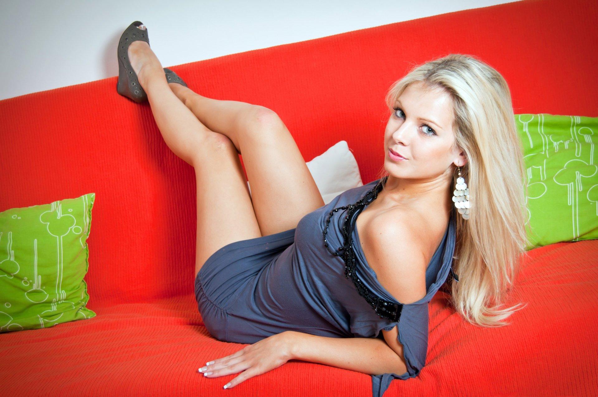 блондинка с красивыми ножками ограничивай себя
