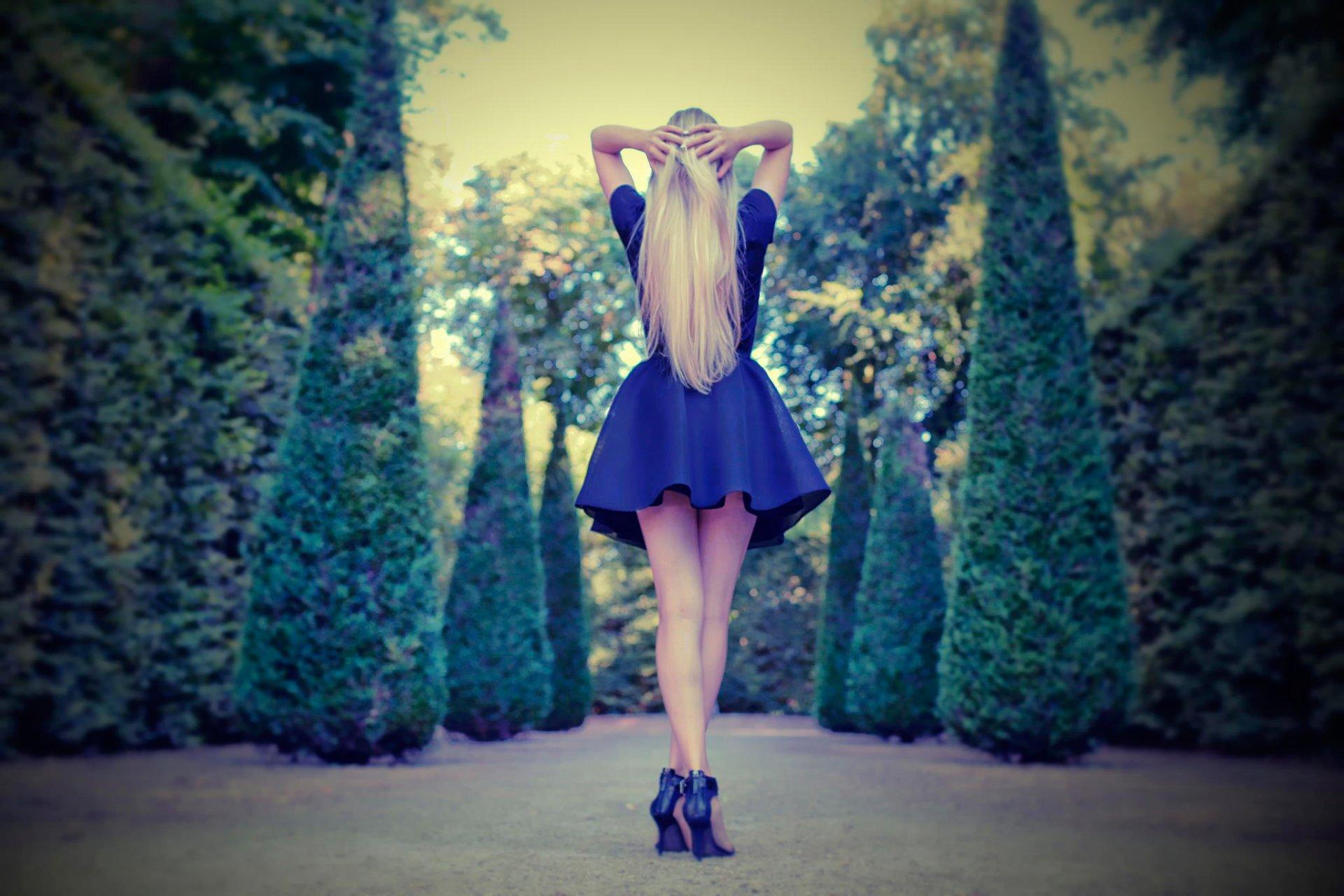 Красивые девушки со спины в платье