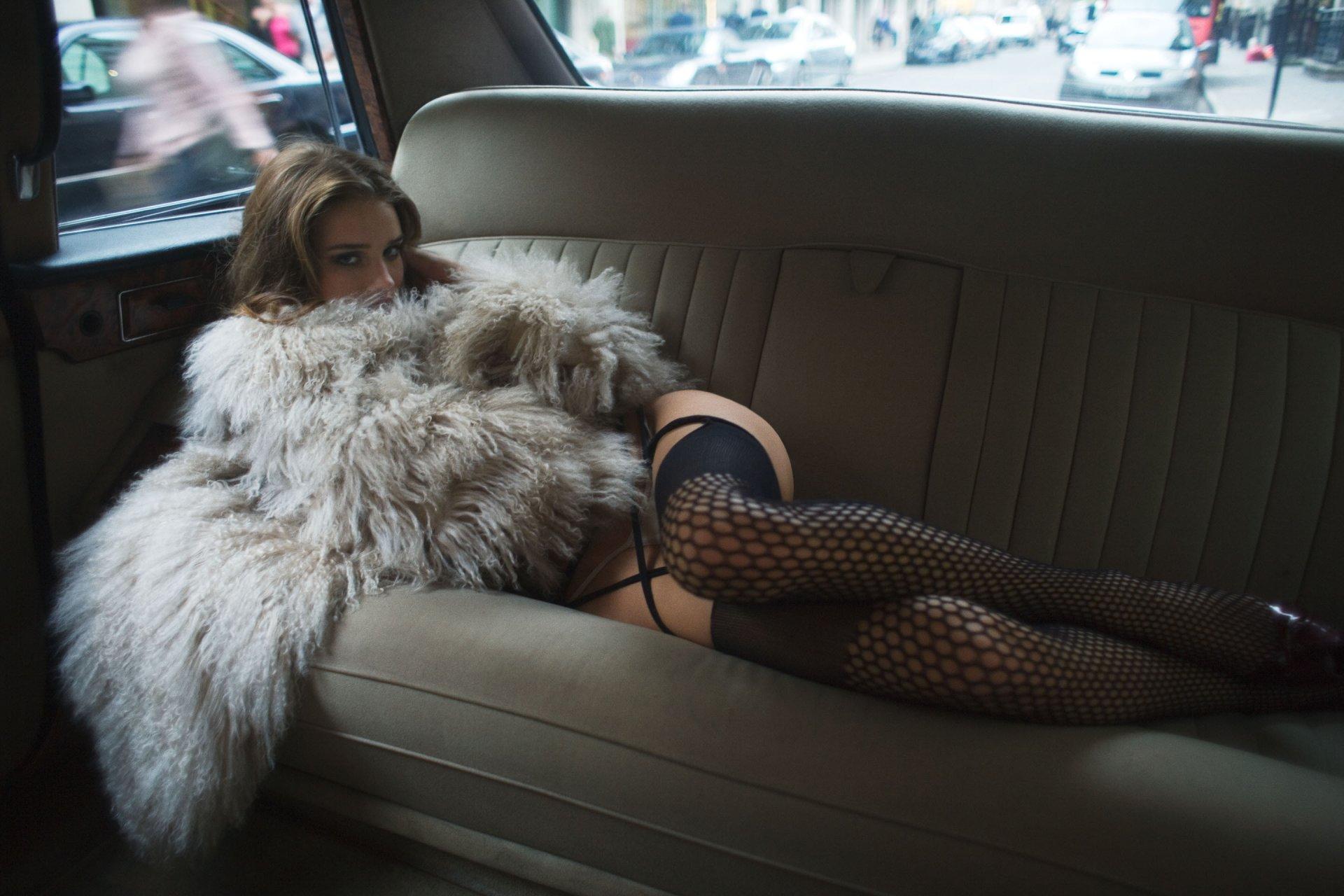 Фото связанных девушек в машине