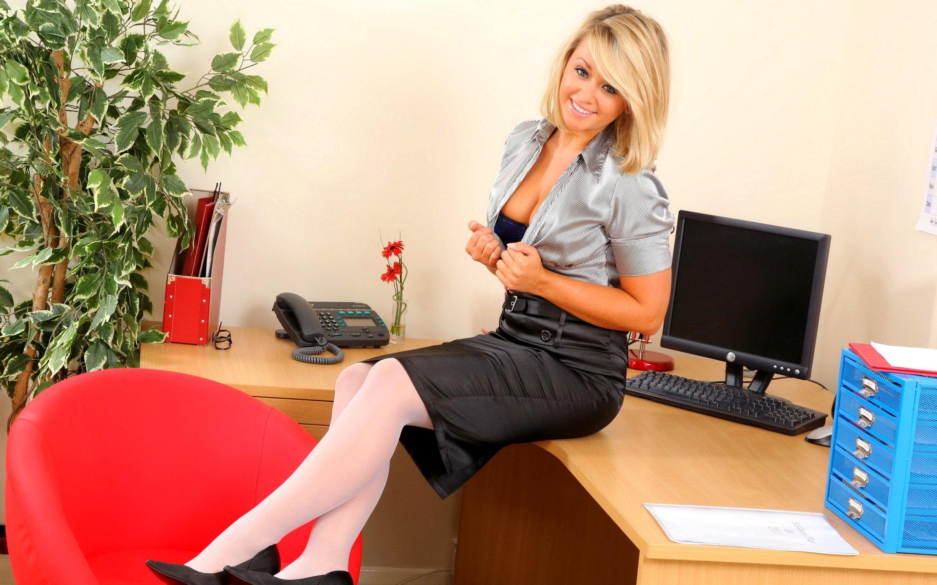 Блондинку трахнул в офисе сами