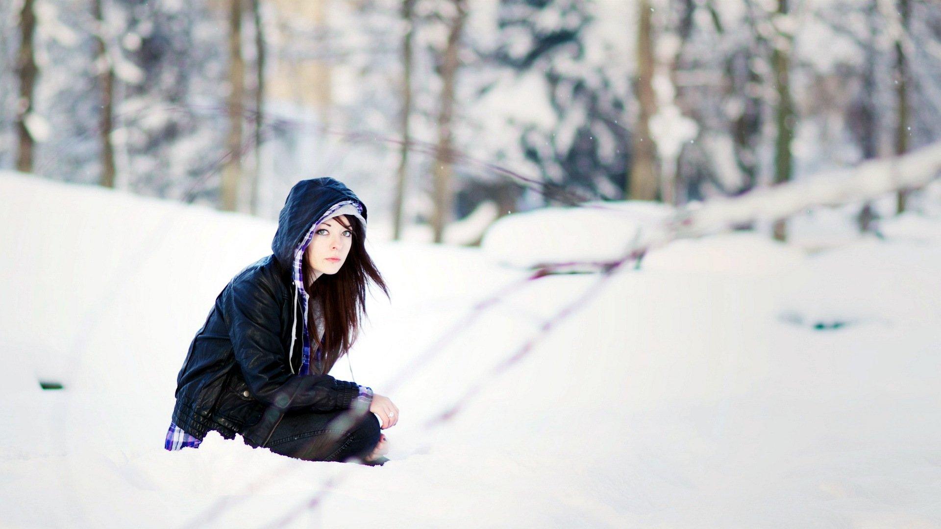 Молодые фото девушек на зимнем улице сзади брюнеток с одеждой подвез русскую
