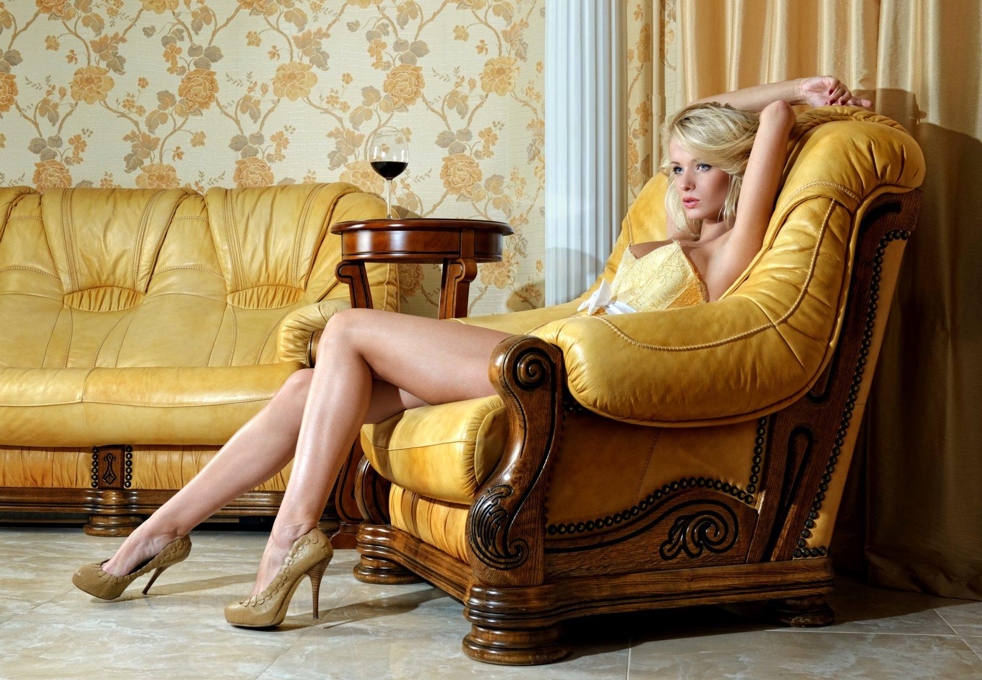 Девка на диване — pic 12