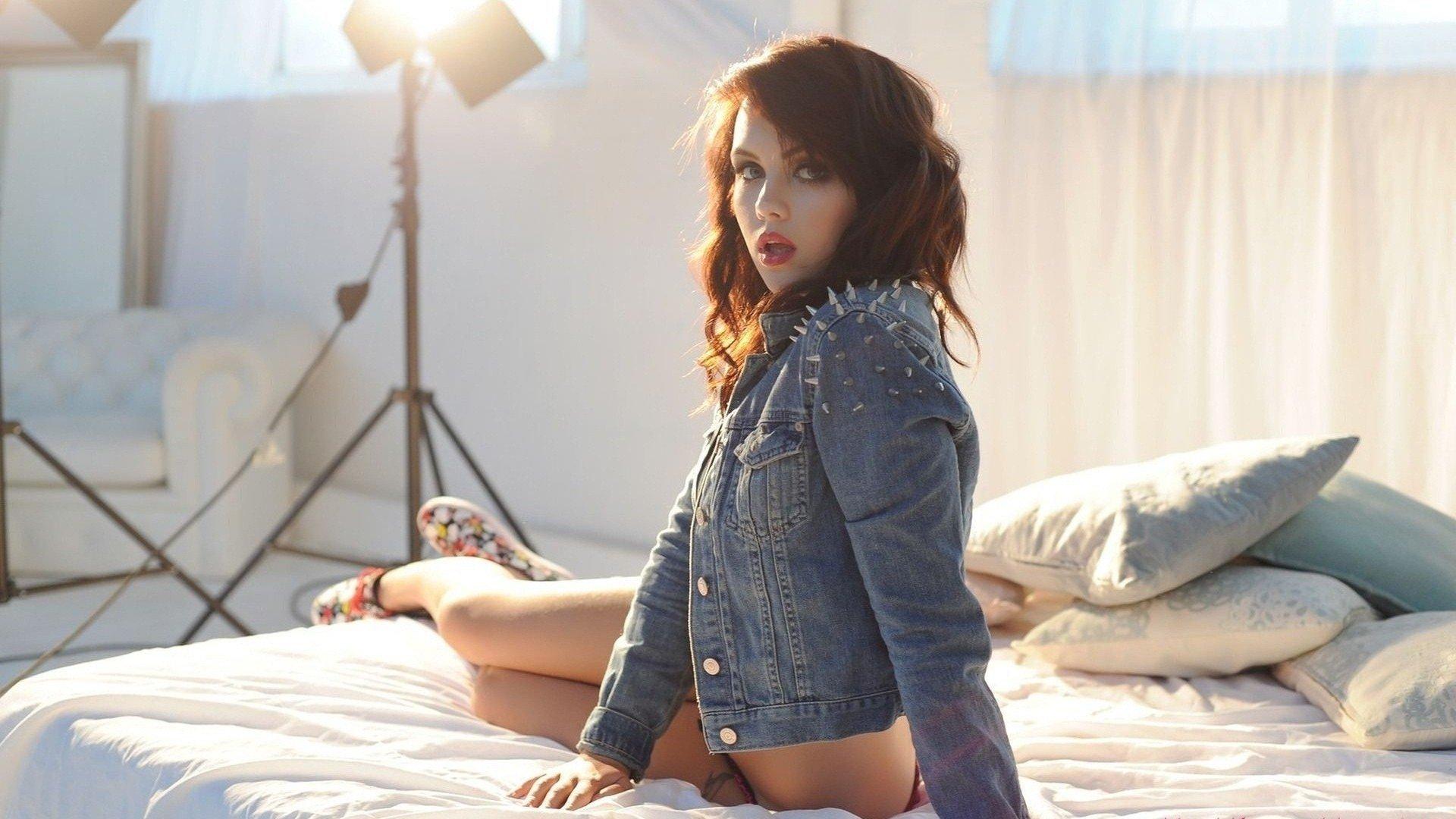 Девушка в джинсовой курточке без смс