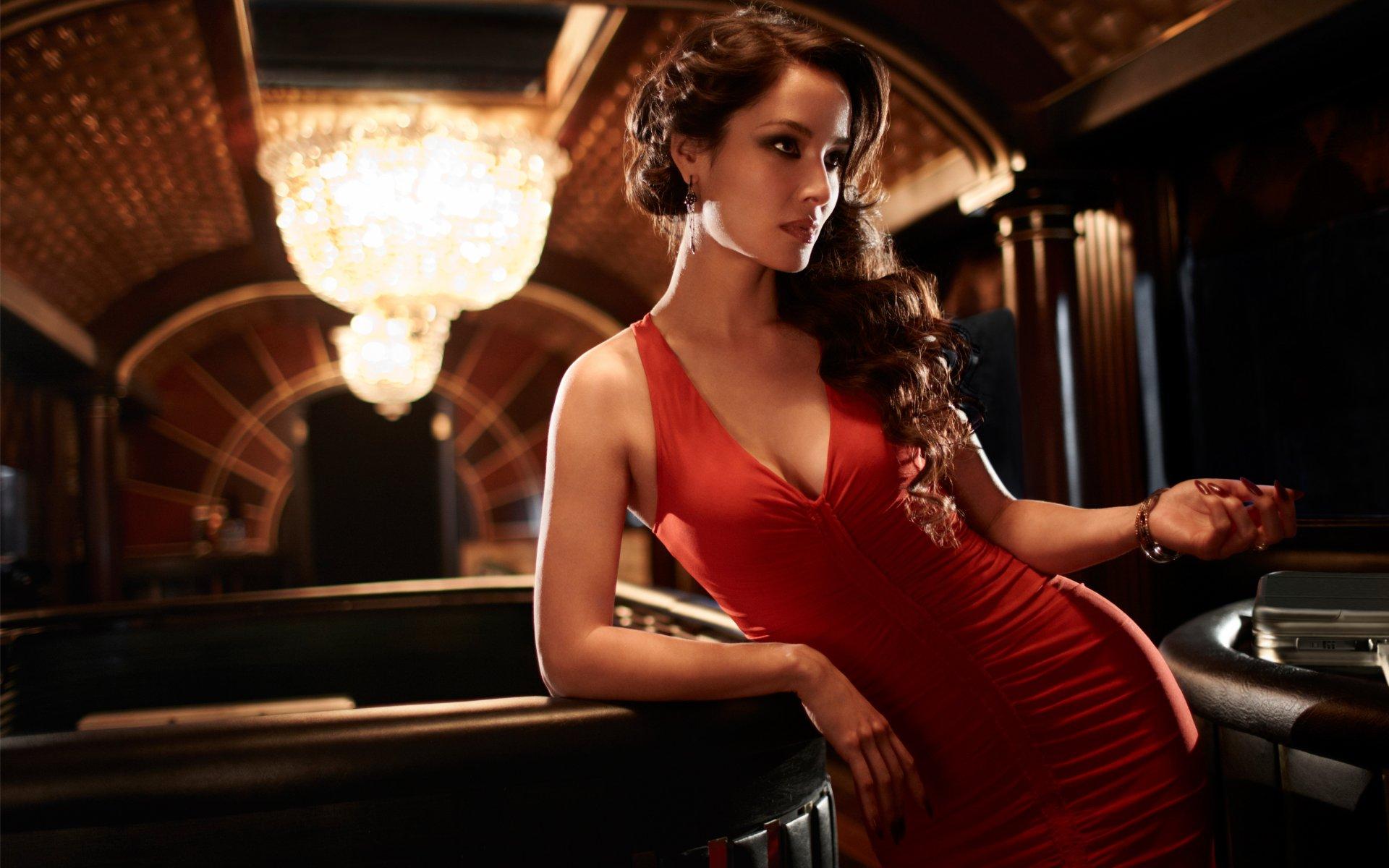 https://w-dog.ru/wallpapers/4/7/426069142530032/berenice-marlohe-berenis-marlo-devushka-bryunetka-aktrisa-model-krasnoe-plate-vyrez-dekolte-film-007-james-bond-dzhejms-bond-skyfall.jpg