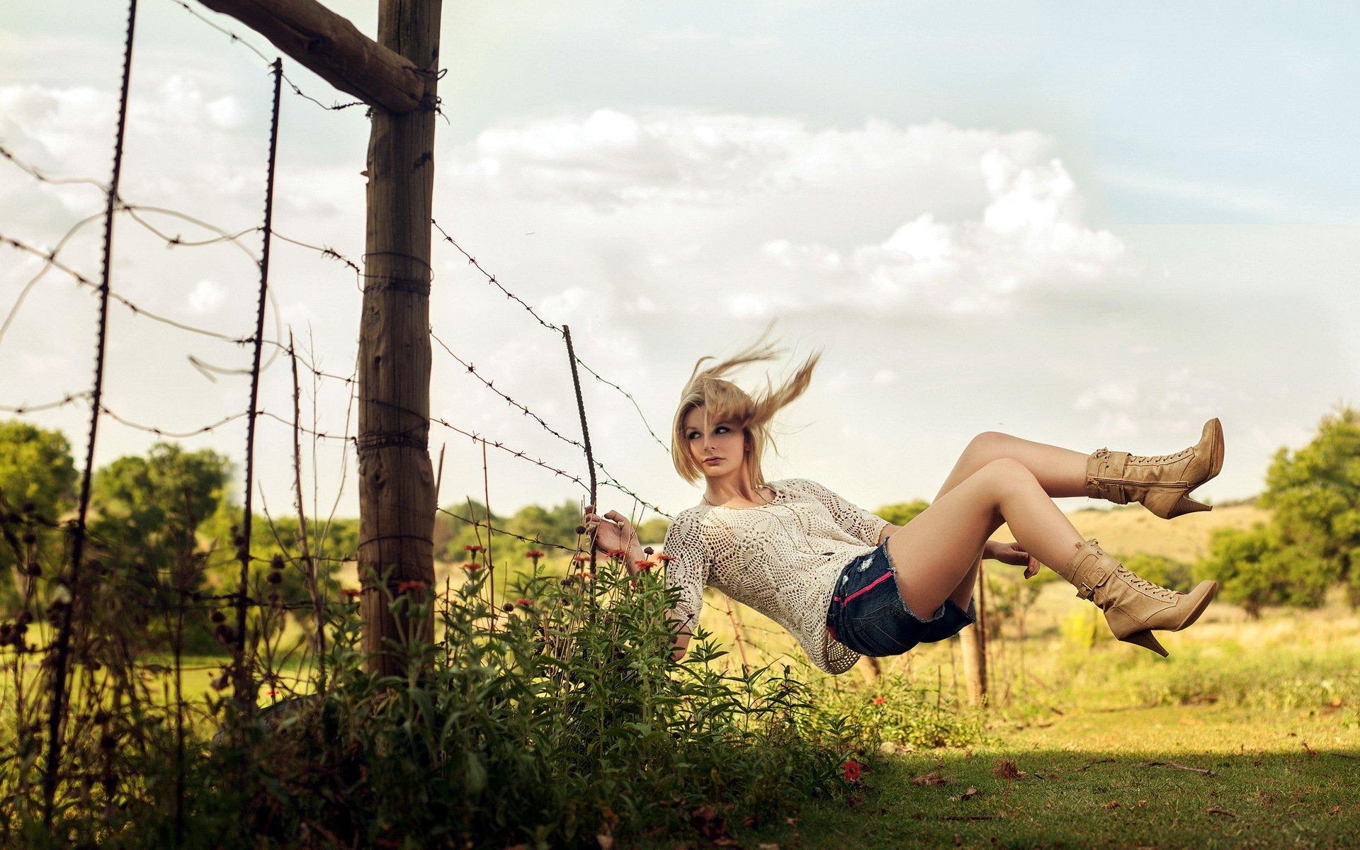 хорошенькая девушка на качелях скачать