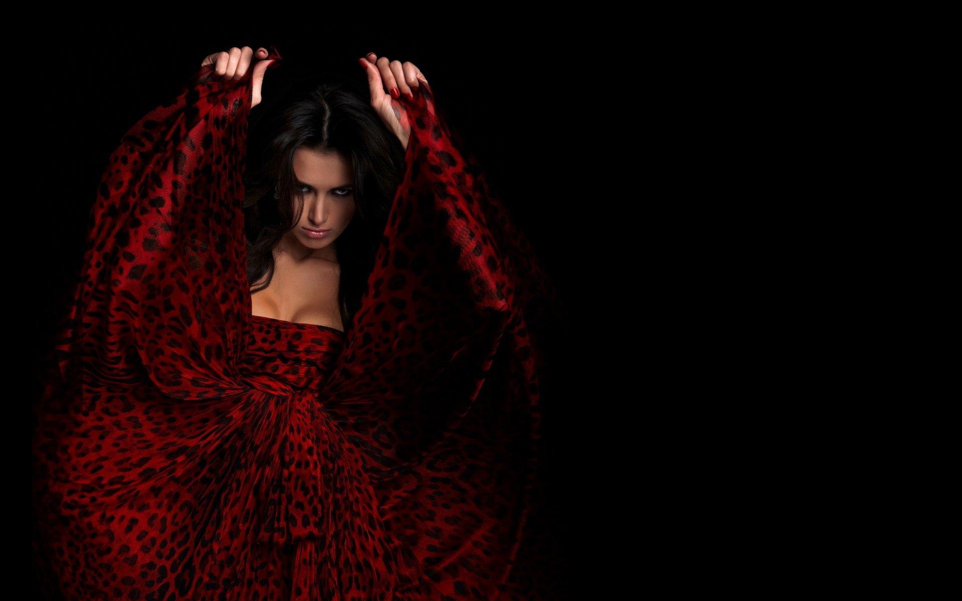 девушка брюнетка красное платье  № 366519 без смс