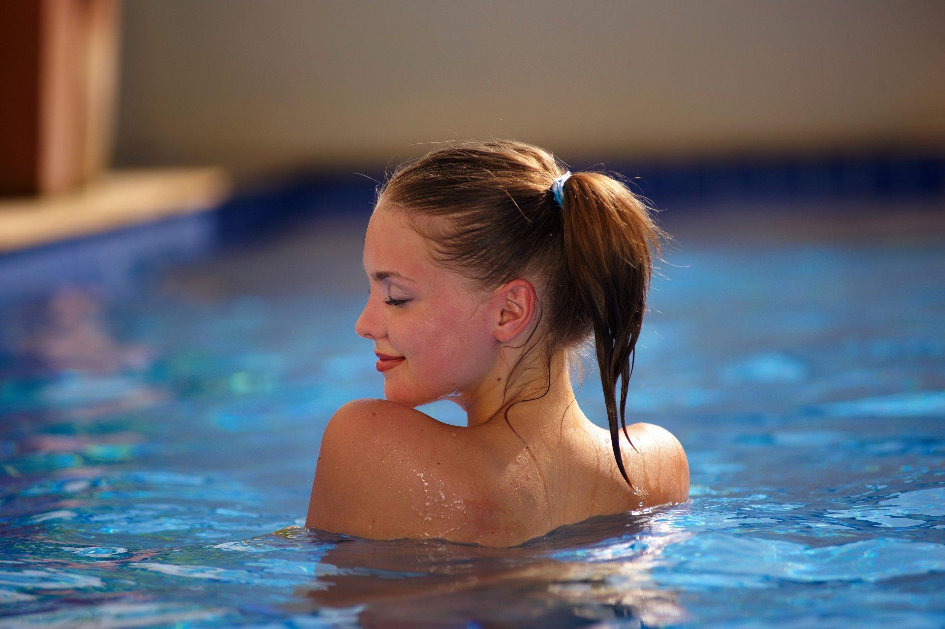 Фото девушек у бассейна можешь