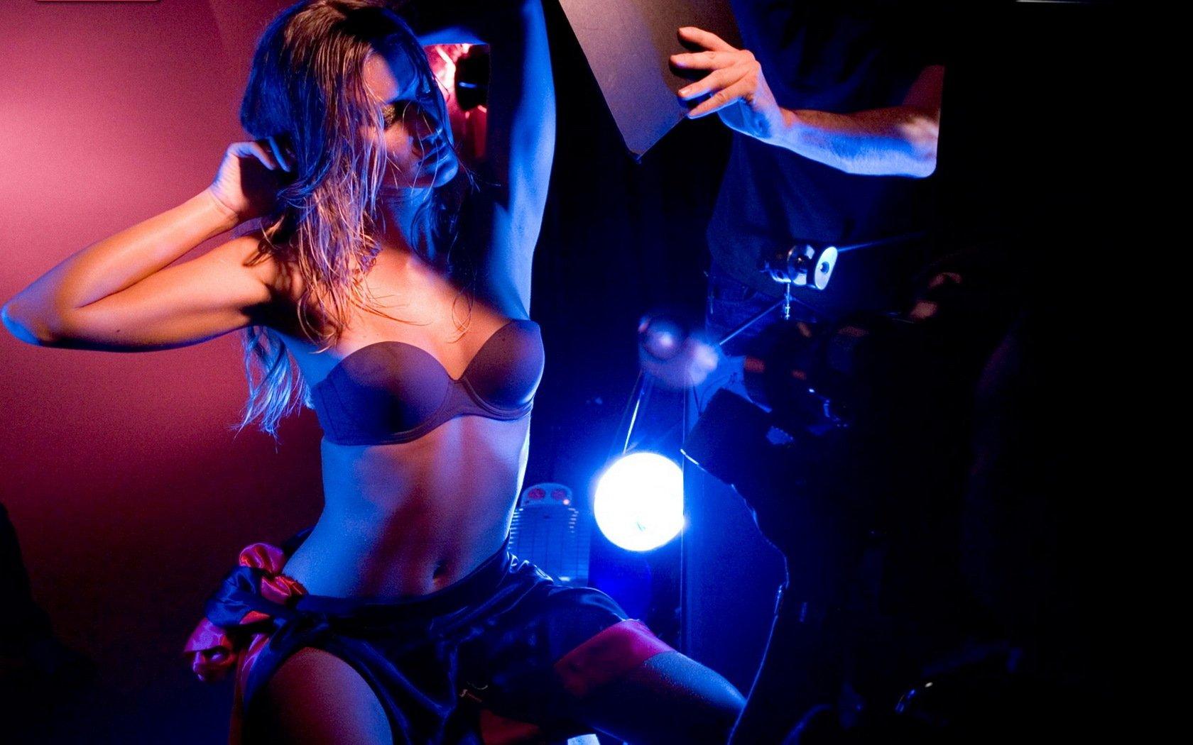 Брюнетка танцующая на танцполе в ночном клубе фото, вудман силой трахнул тощую брюнетку