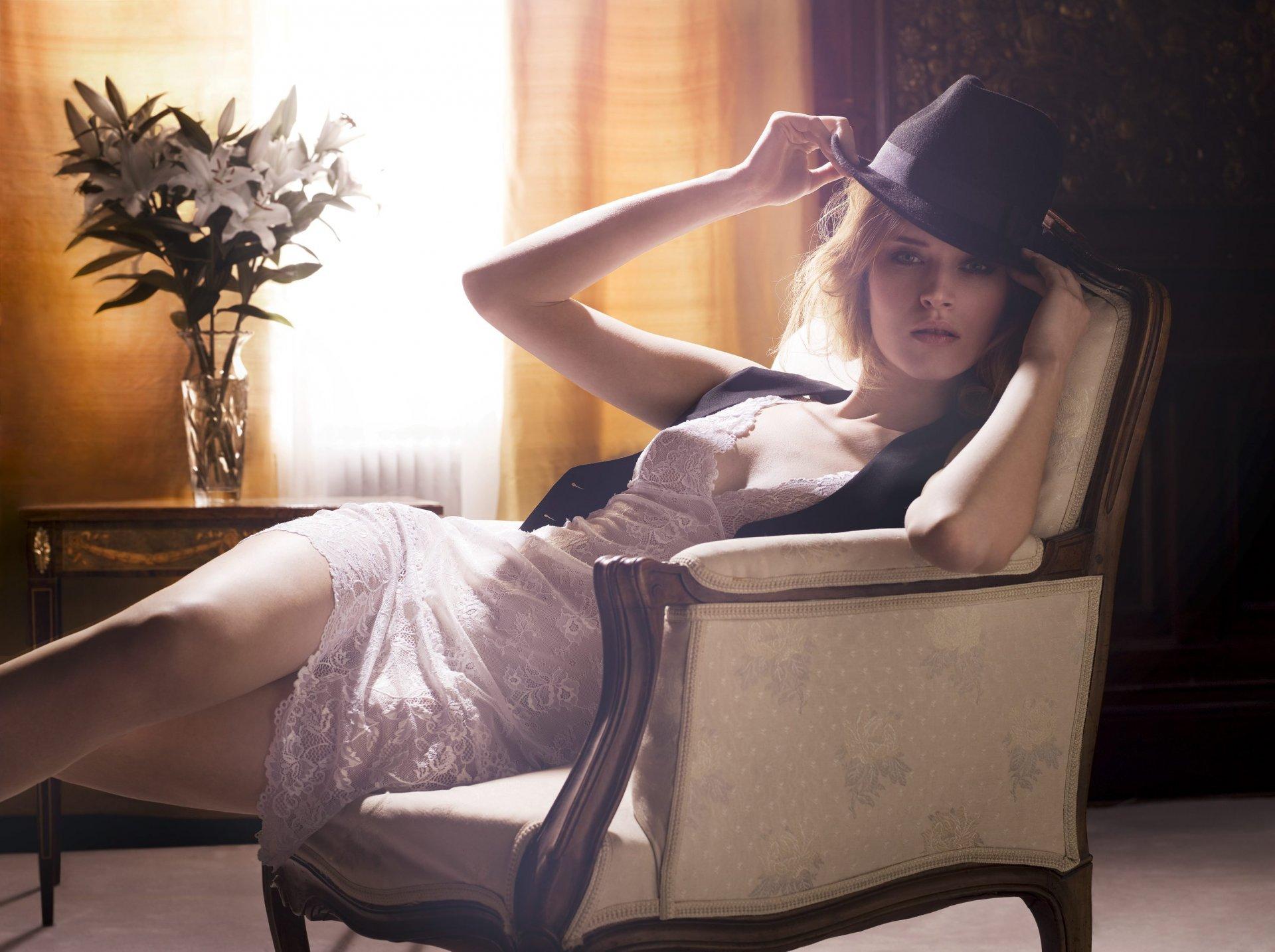 раздвигали фото на женском кресле стоит один