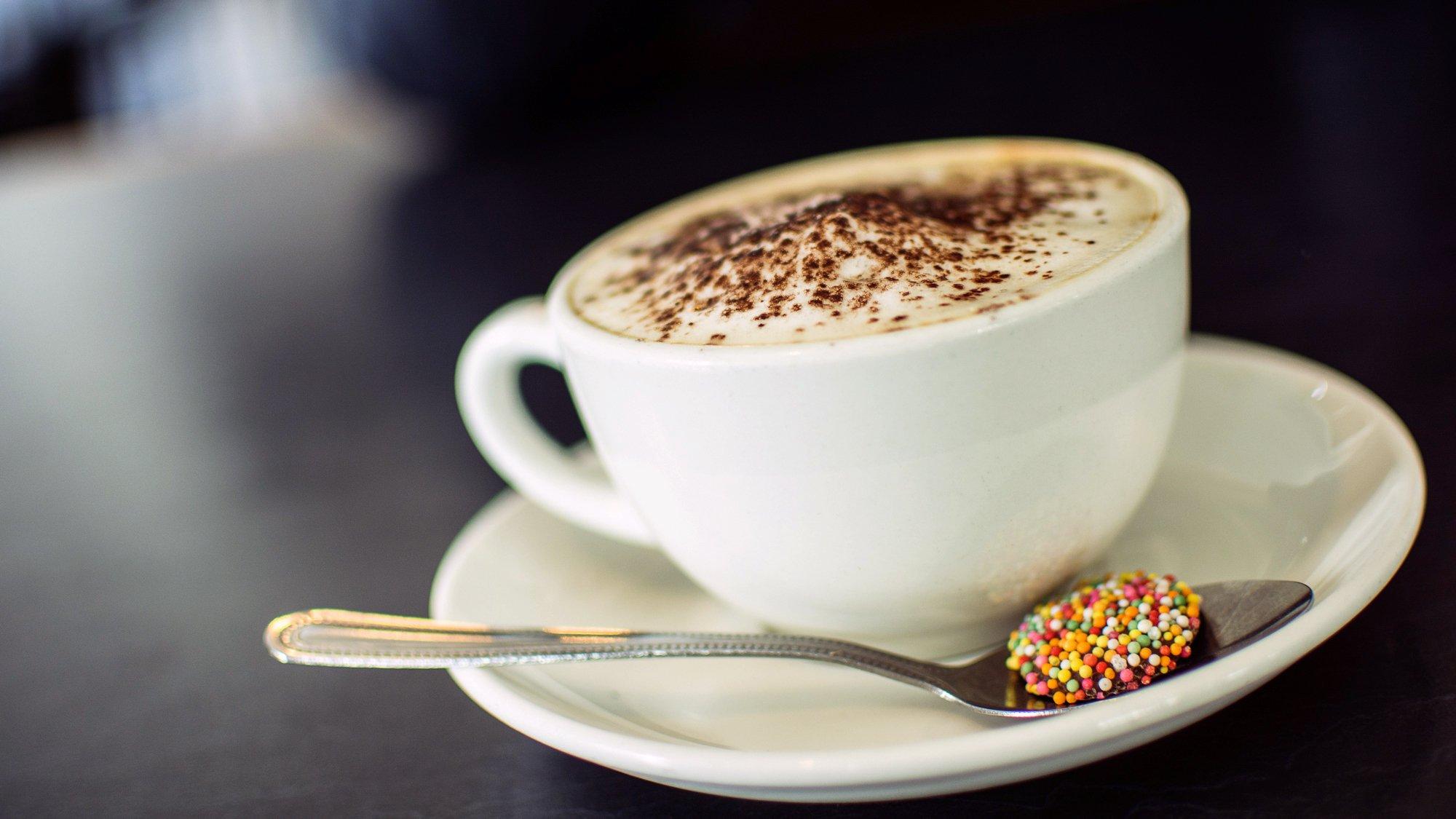 В каких случаях кофе повышает давление, а в каких —понижает