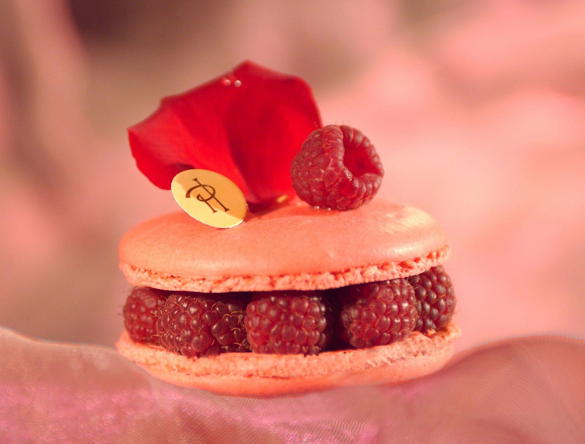 пирожное с малиной  № 145053 бесплатно