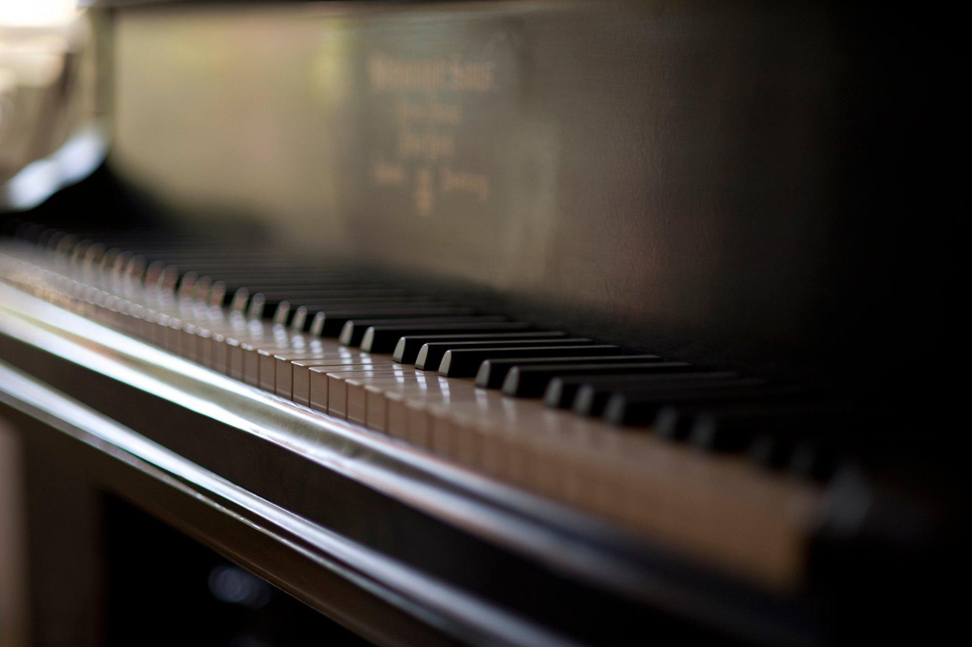 фото красивых клавиш пианино оставил его той
