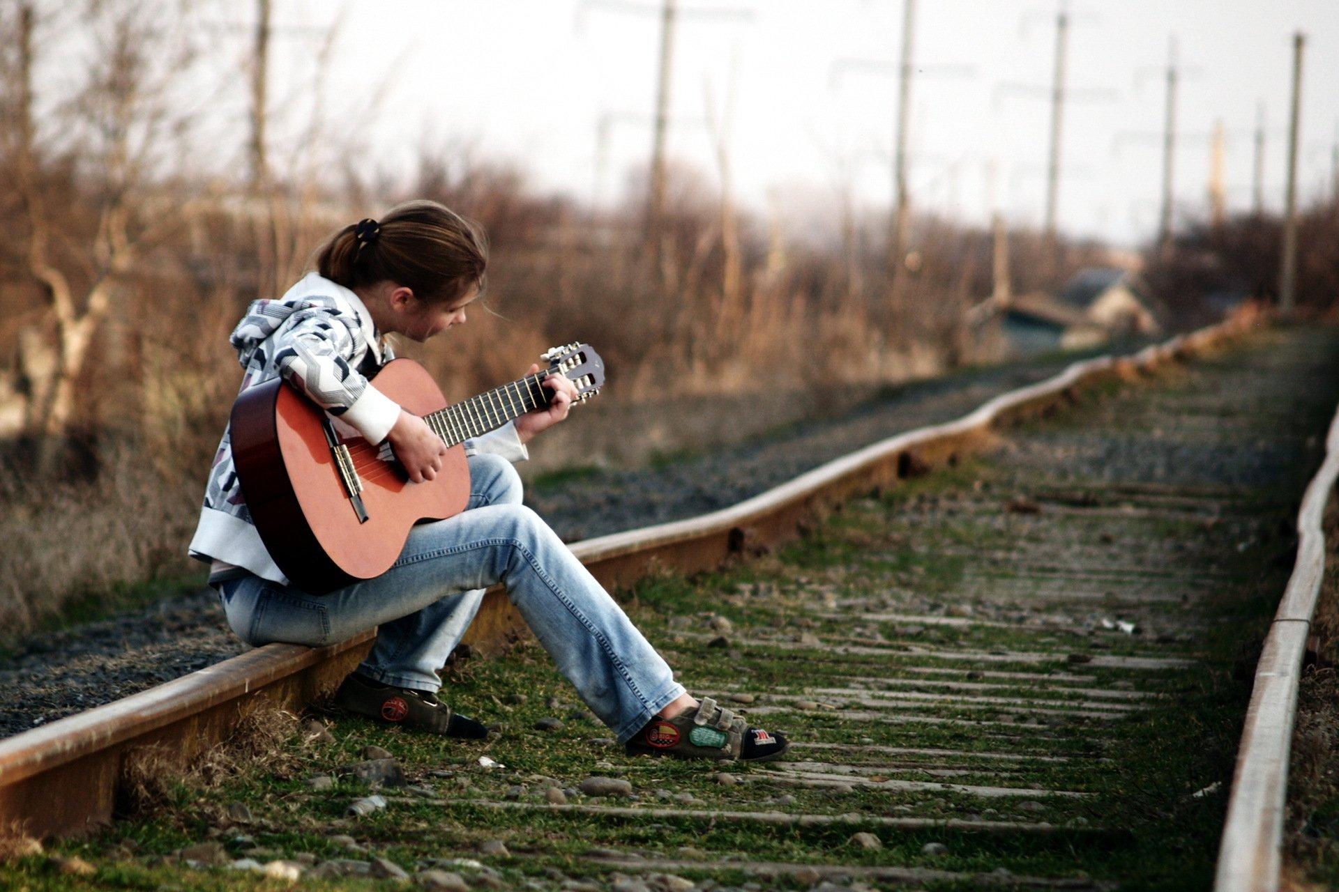 парень гитара мужчина природа дерево  № 3470146 загрузить
