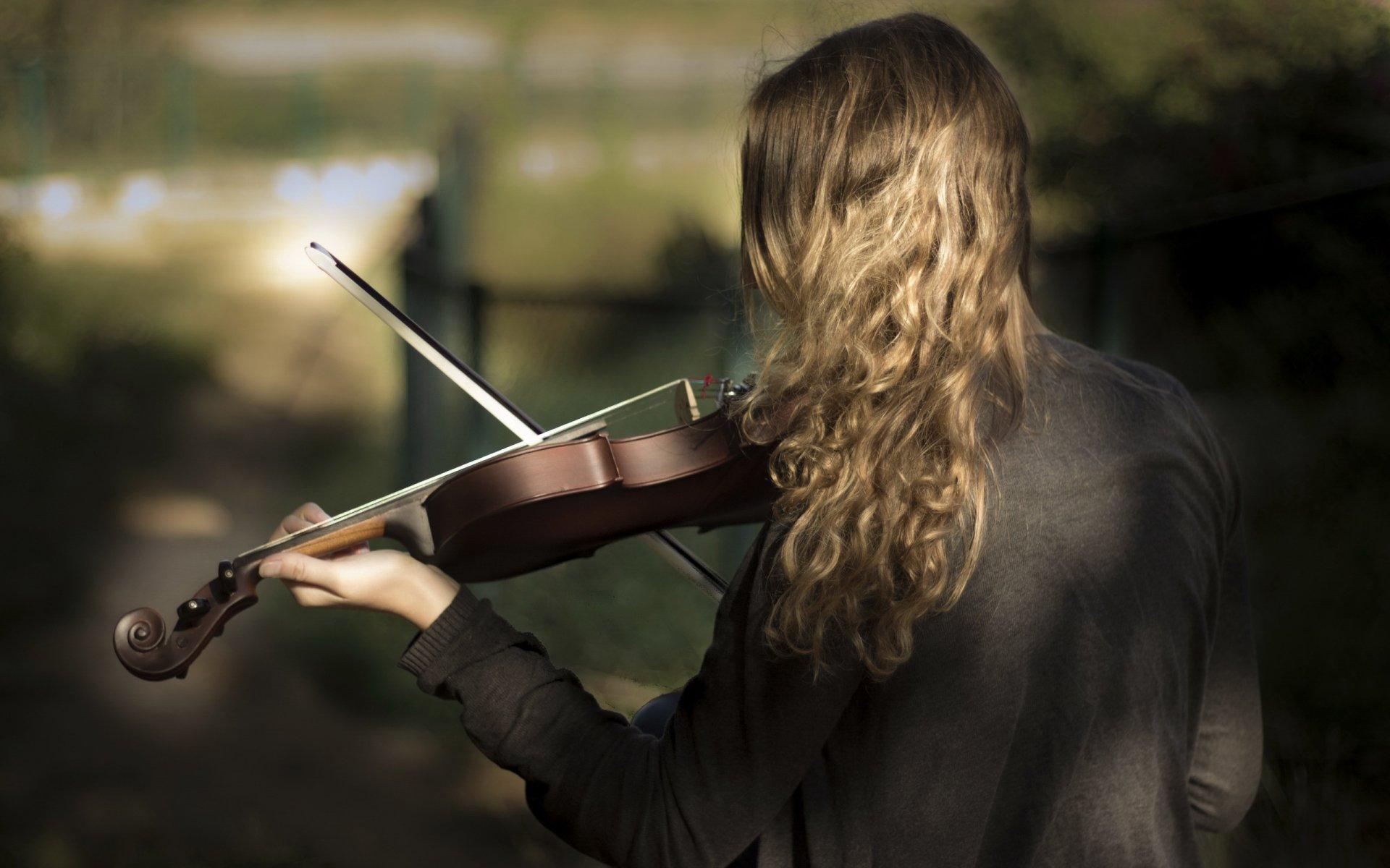девушка поет проигрыш на скрипке